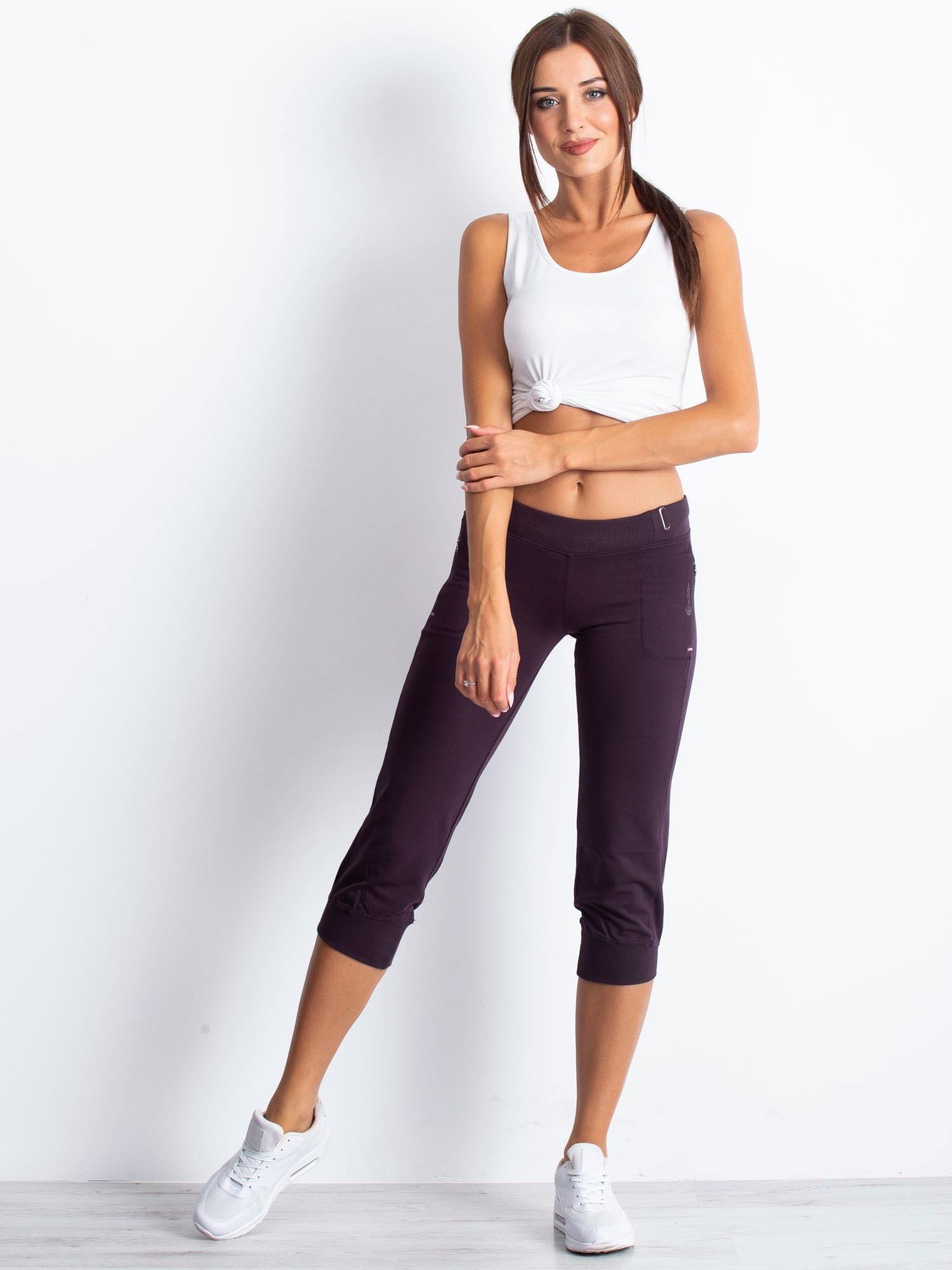 Ciemnofioletowe spodnie dresowe capri z materiałowym paskiem                                  zdj.                                  5