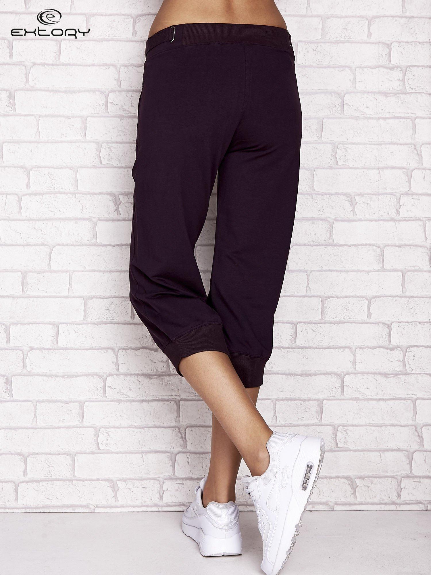 Ciemnofioletowe spodnie dresowe capri z wszytymi kieszeniami                                  zdj.                                  2