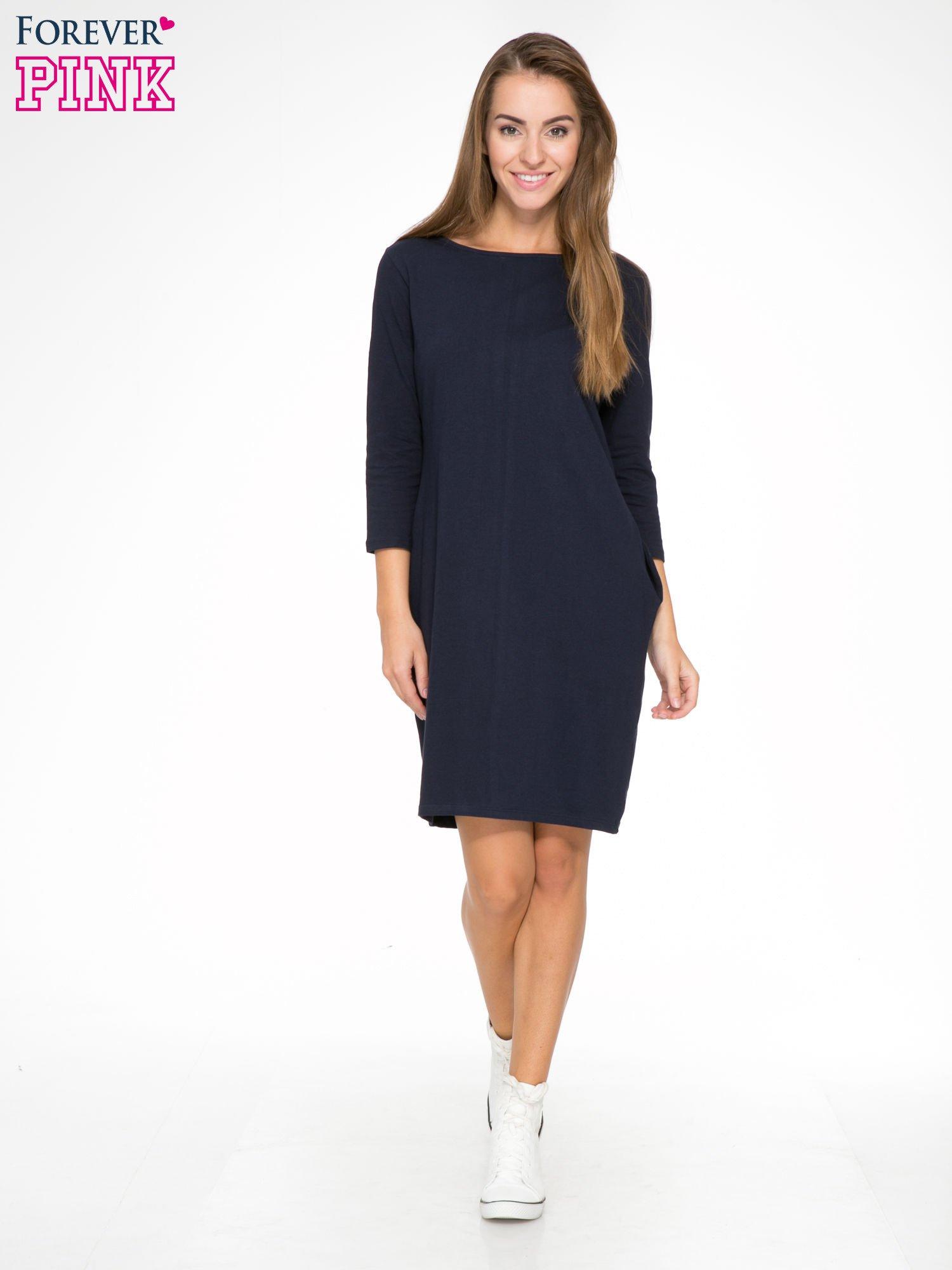 Ciemnogranatowa dresowa sukienka z kieszeniami po bokach                                  zdj.                                  2