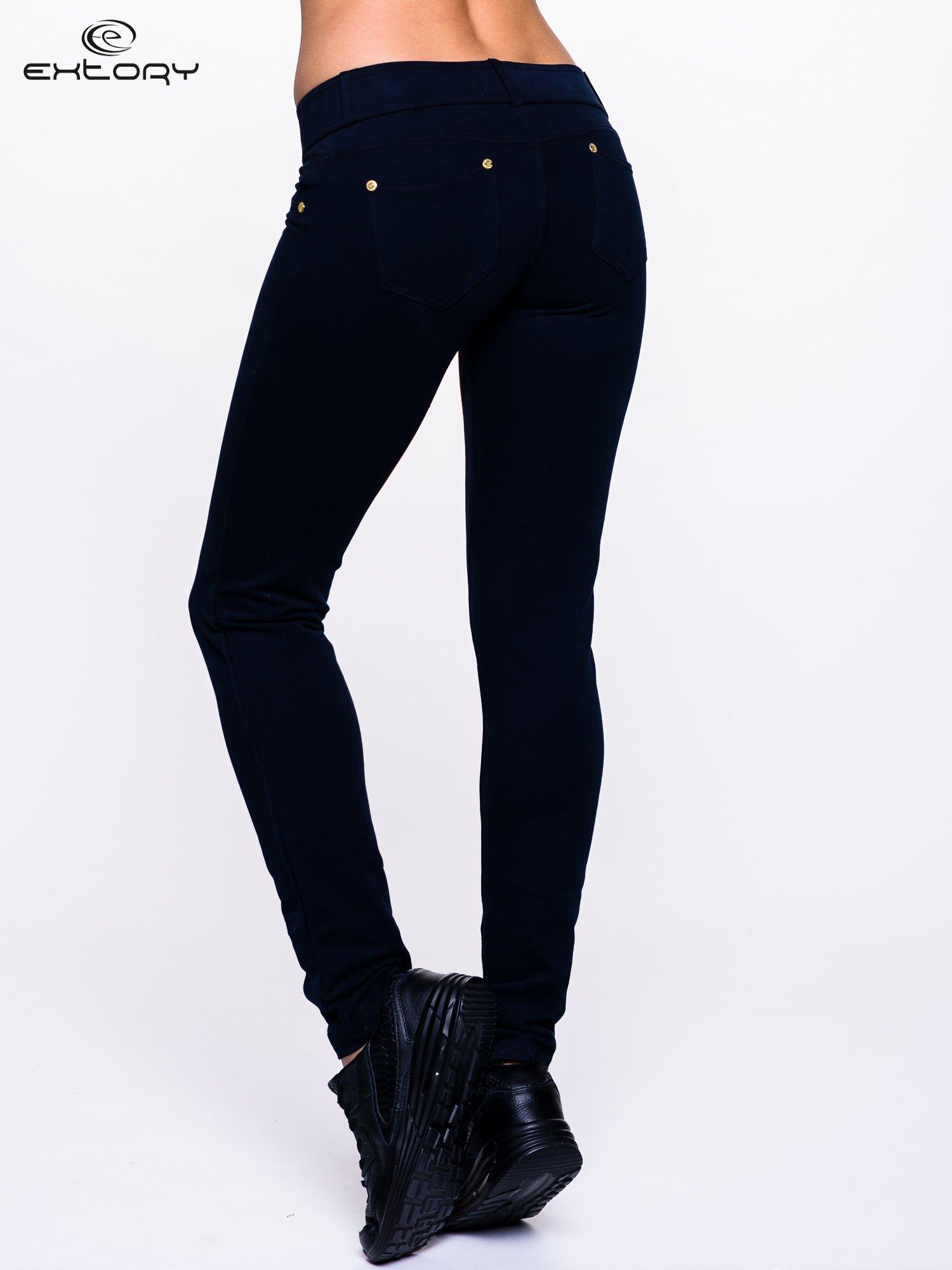 Ciemnogranatowe spodnie dresowe ze złotymi napami                                  zdj.                                  5