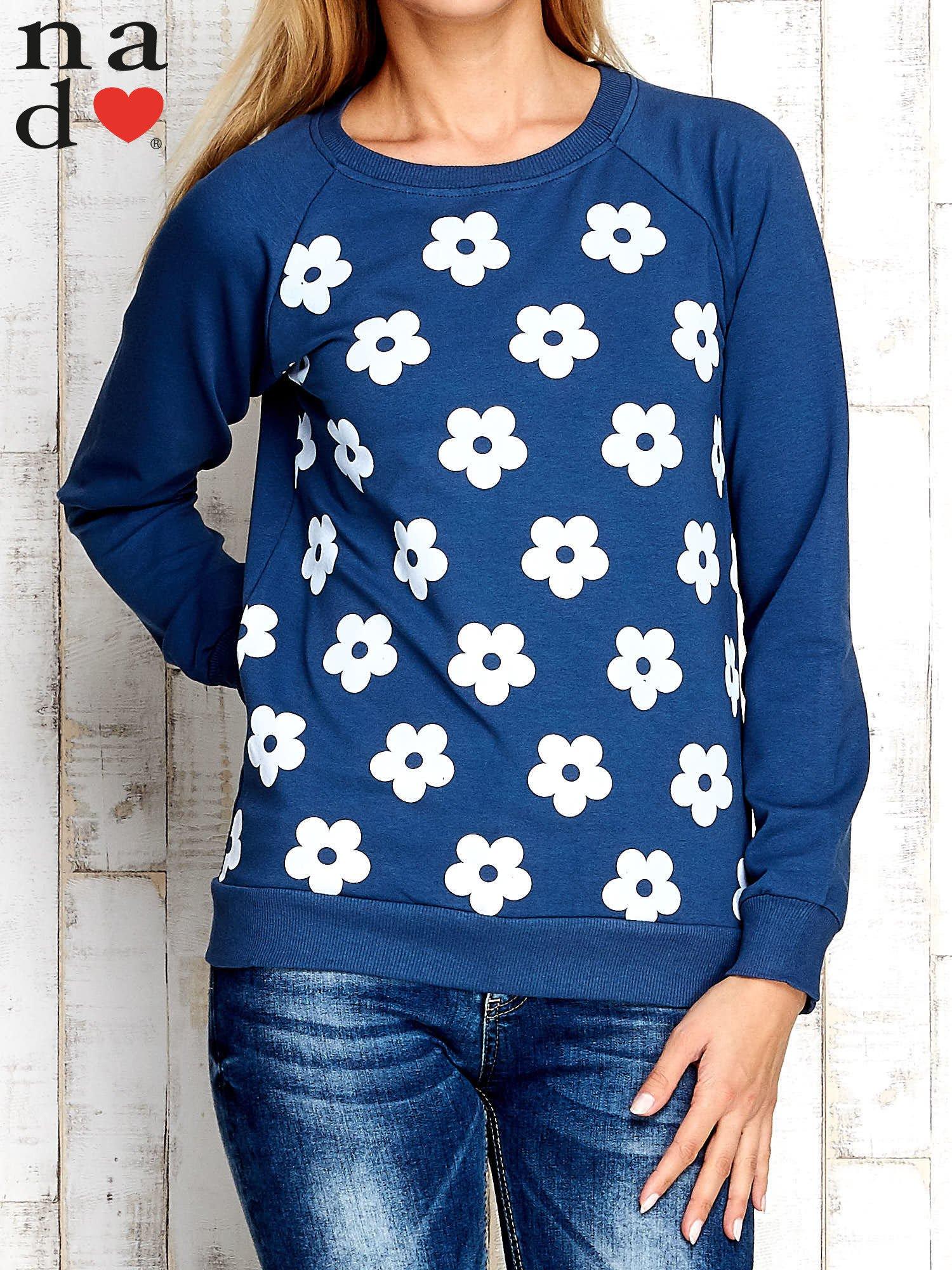 Ciemnoniebieska bluza z nadrukiem kwiatów                                  zdj.                                  1