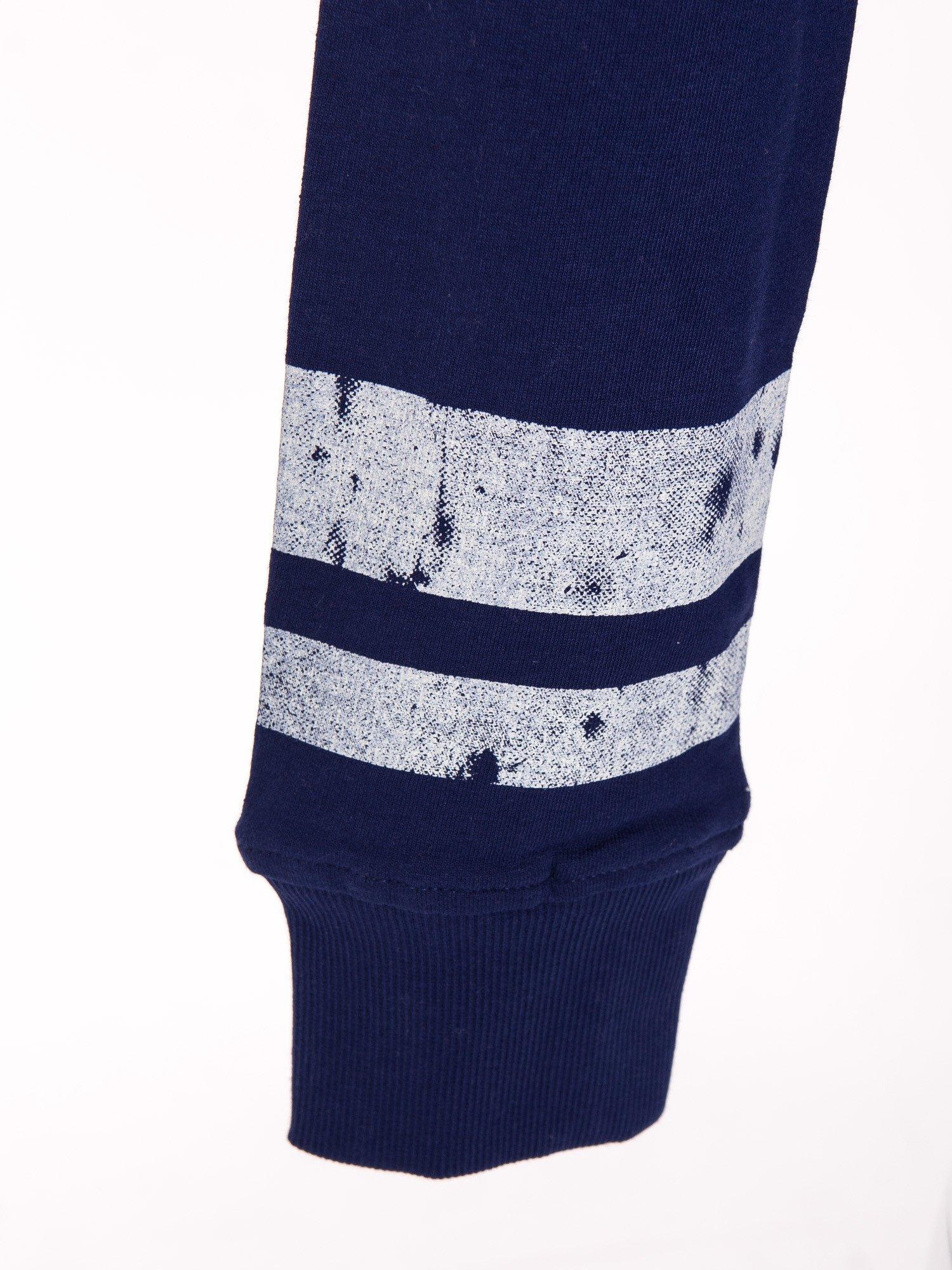 Ciemnoniebieska bluza z numerem w stylu collage                                  zdj.                                  5