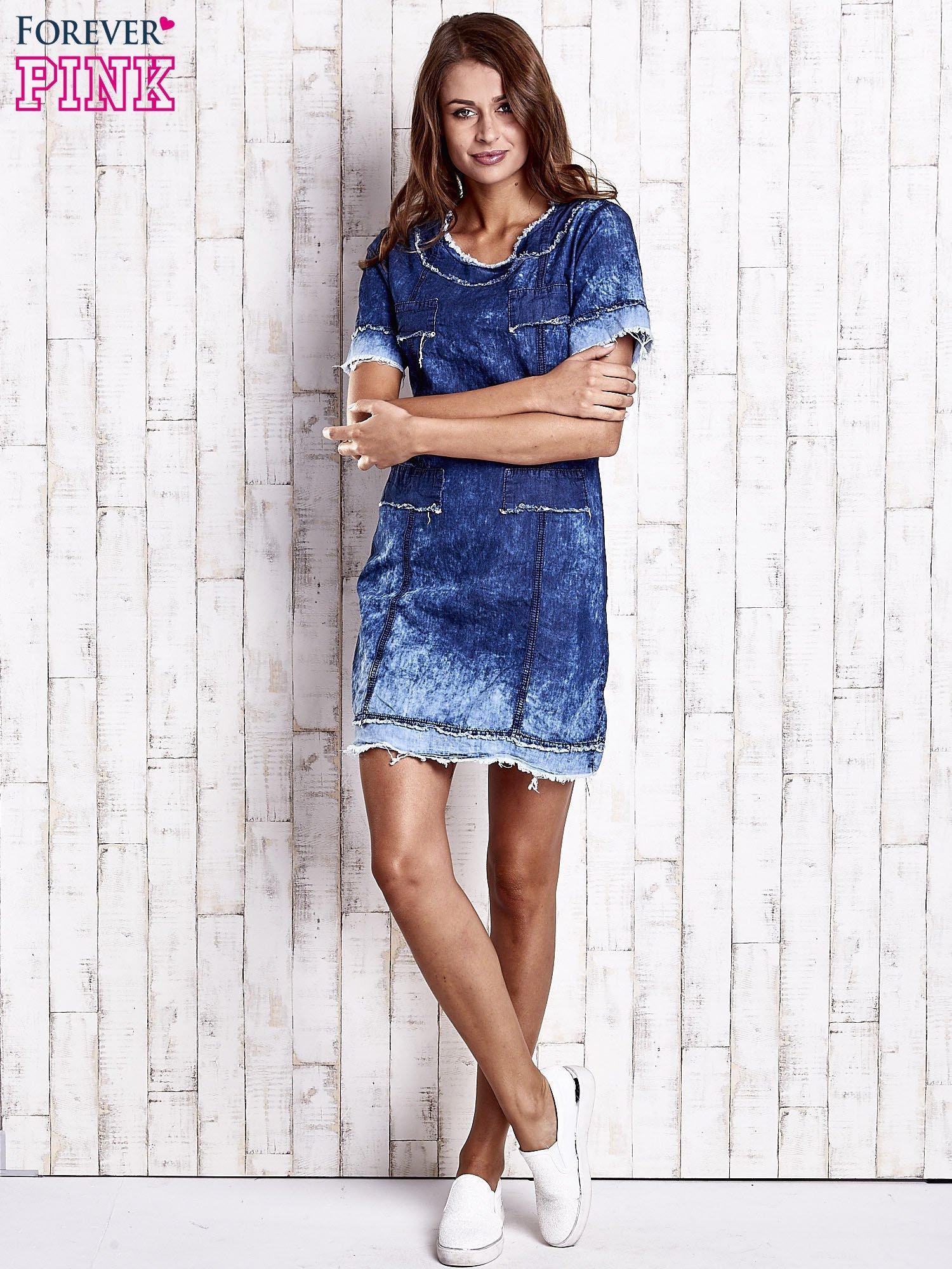 Ciemnoniebieska jeansowa sukienka z surowym wykończeniem                                  zdj.                                  2