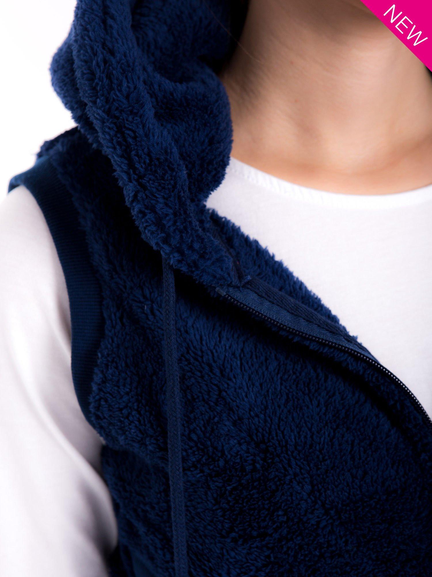 Ciemnoniebieska kamizelka z kapturem z uszkami i pomponami                                  zdj.                                  5