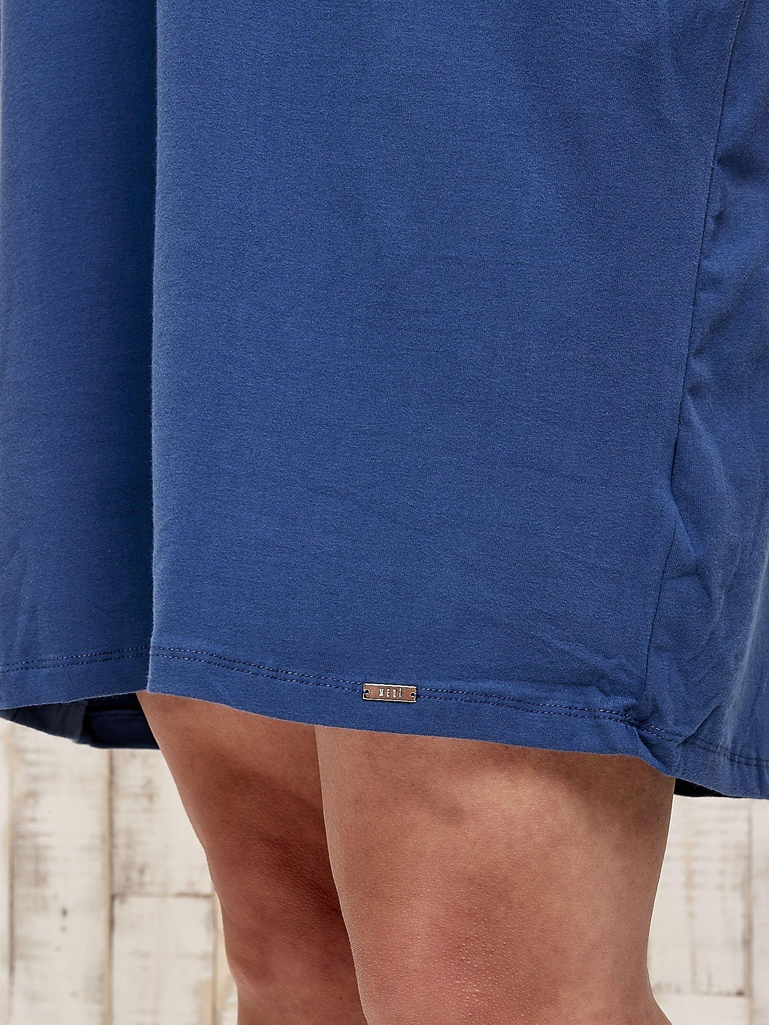Ciemnoniebieska sukienka dresowa z dżetami PLUS SIZE                                  zdj.                                  6