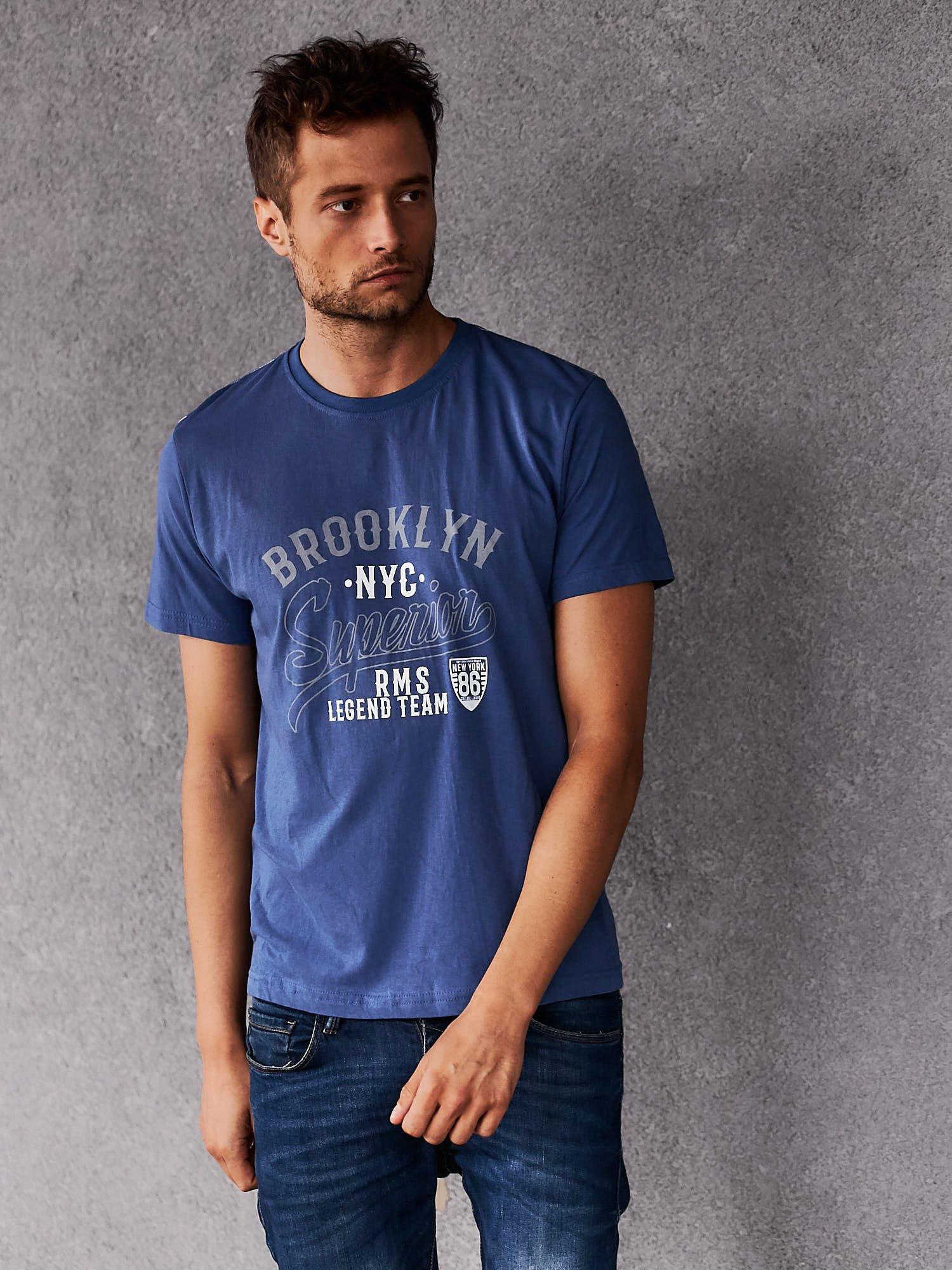 Ciemnoniebieski t-shirt męski z napisem BROOKLYN NYC                                  zdj.                                  1