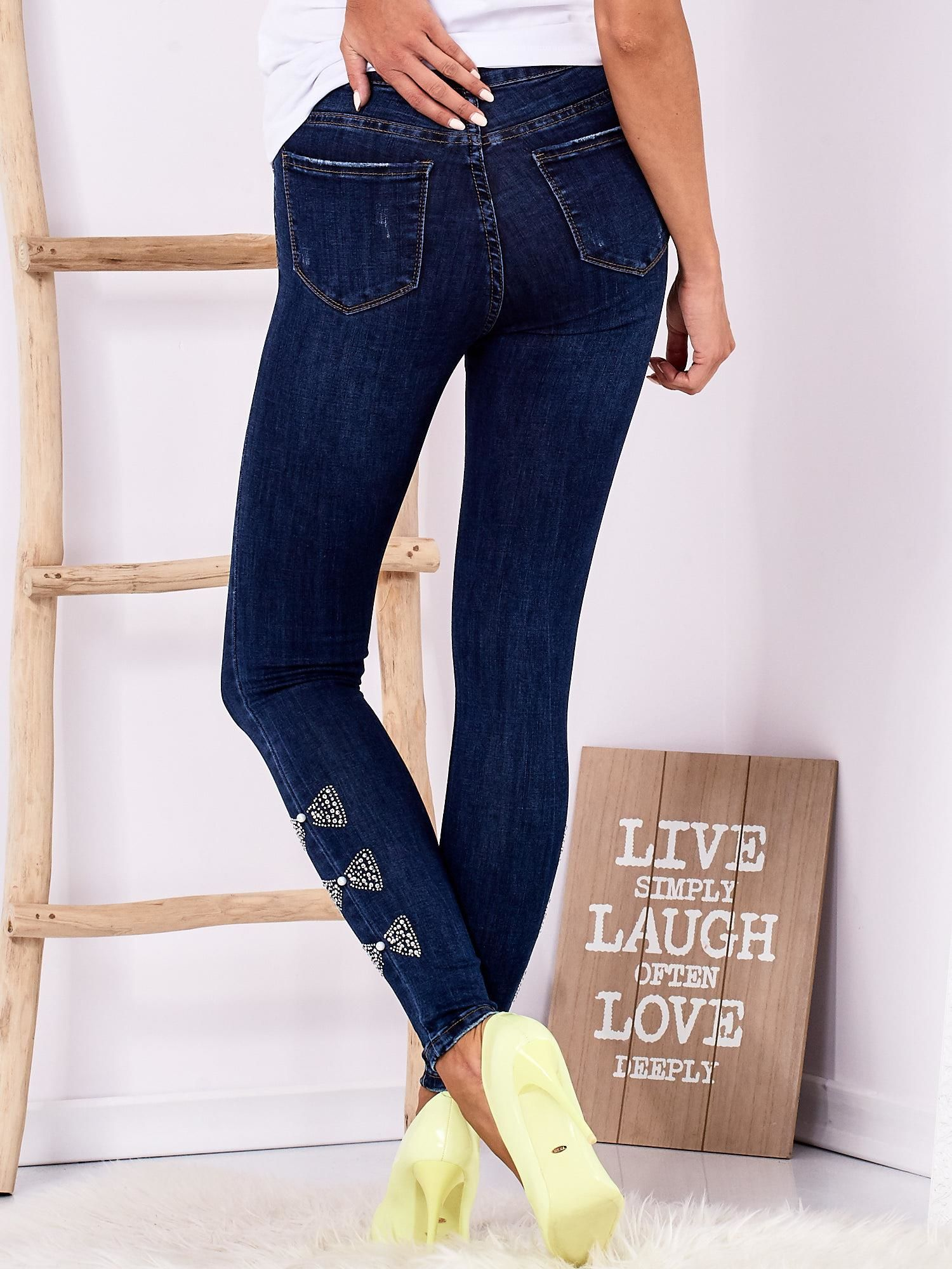 991956b340bb Ciemnoniebieskie jeansowe rurki z kokardkami z dżetów - Spodnie ...