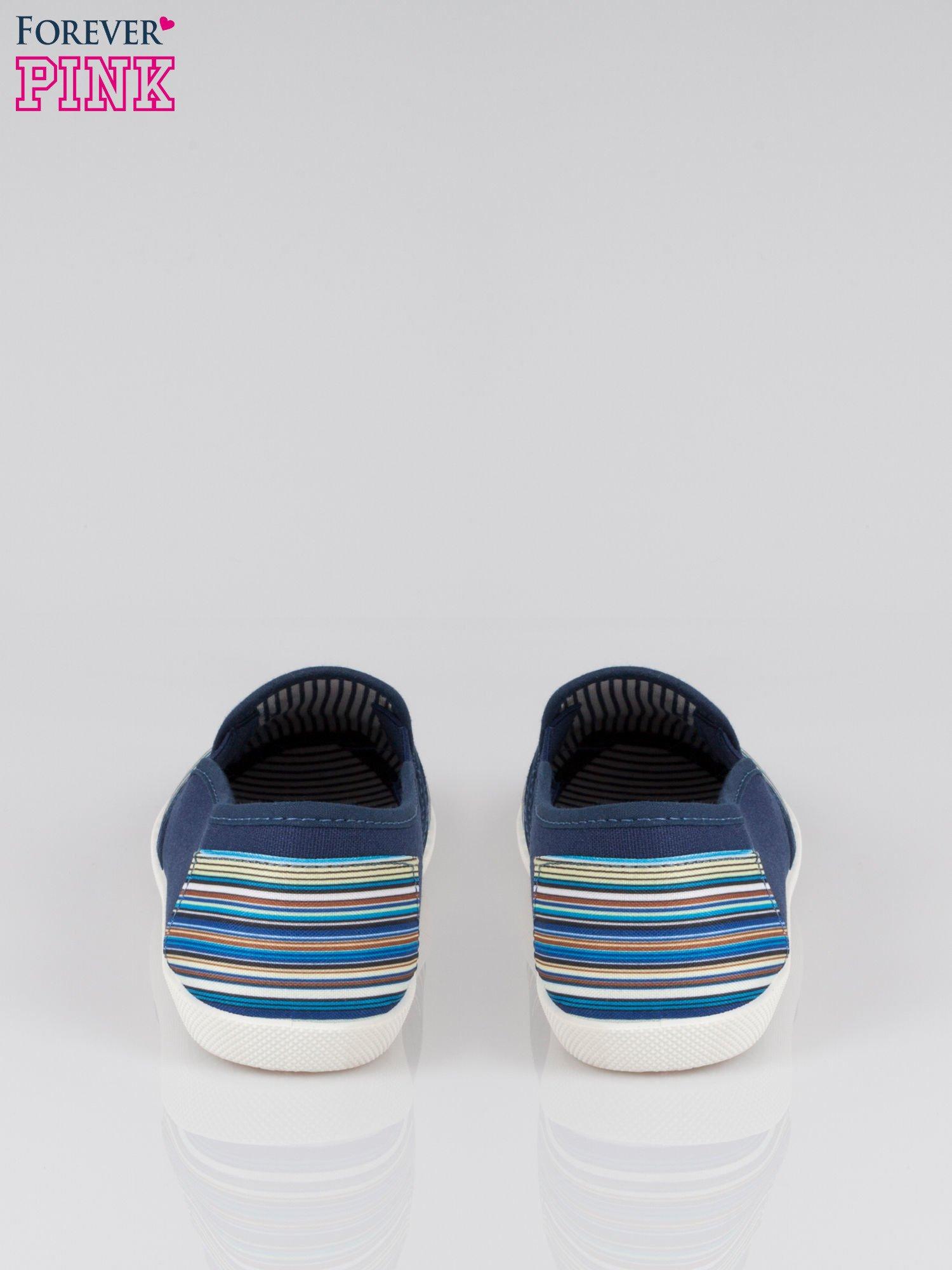 Ciemnoniebieskie pasiaste buty slip on                                  zdj.                                  3