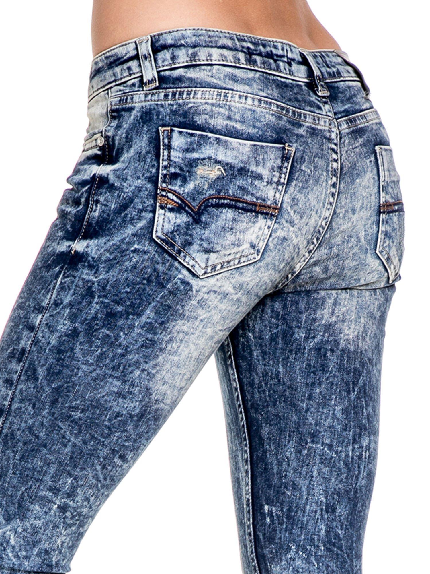 Ciemnoniebieskie spodnie jeansowe rurki marmurki z przetarciami                                  zdj.                                  8