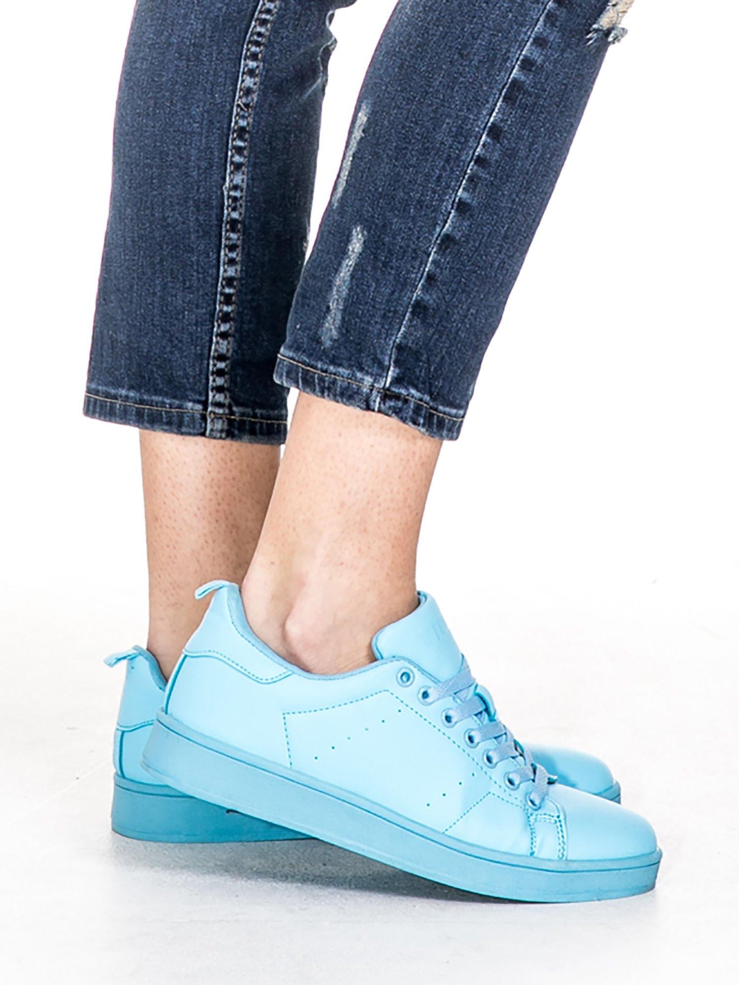 Ciemnoniebieskie spodnie jeansowe rurki z dużymi dziurami                                  zdj.                                  8