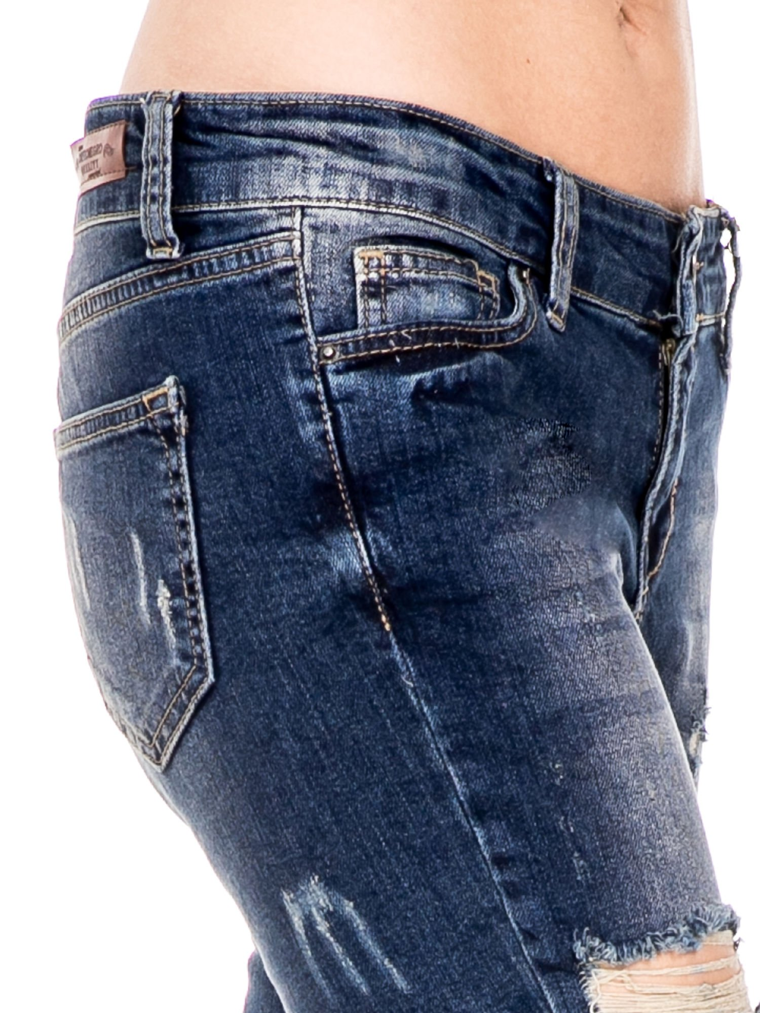 Ciemnoniebieskie spodnie jeansowe rurki z dużymi dziurami                                  zdj.                                  6