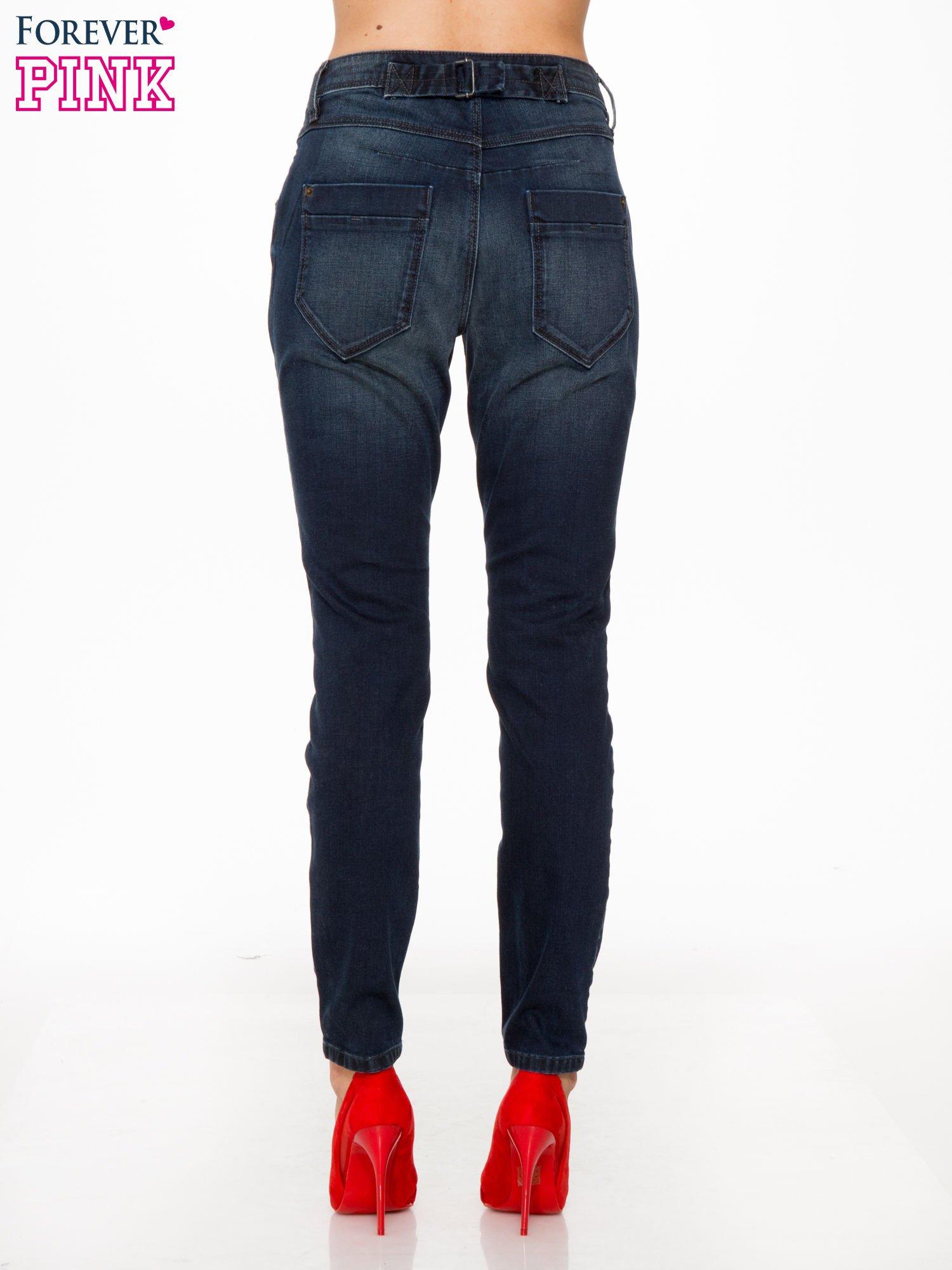 Ciemnoniebieskie spodnie jeansowe rurki z trójkątnymi kieszeniami tylnymi                                  zdj.                                  4