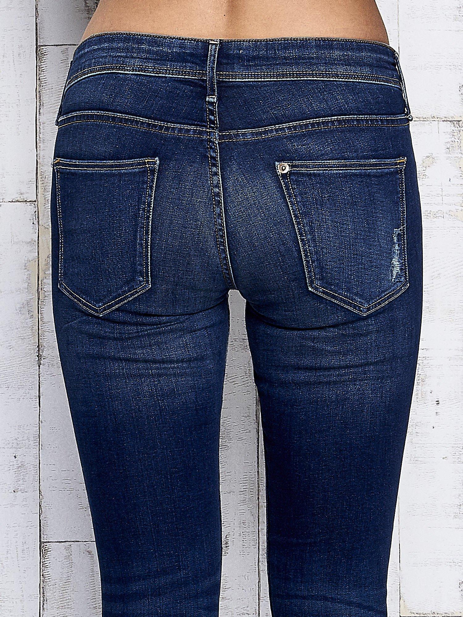 Ciemnoniebieskie spodnie jeansowe z przetarciami                                  zdj.                                  6