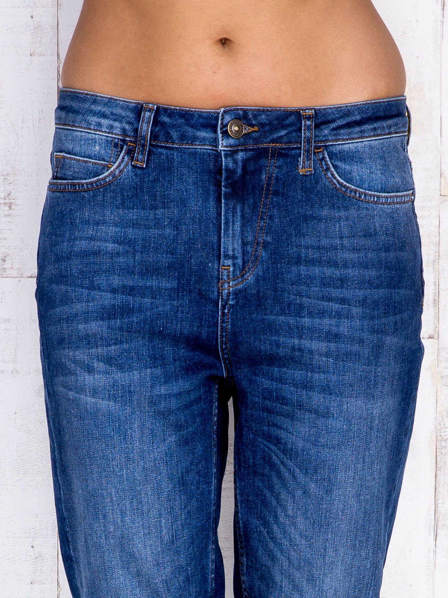 Ciemnoniebieskie spodnie jeansowe z wysokim stanem                                  zdj.                                  5