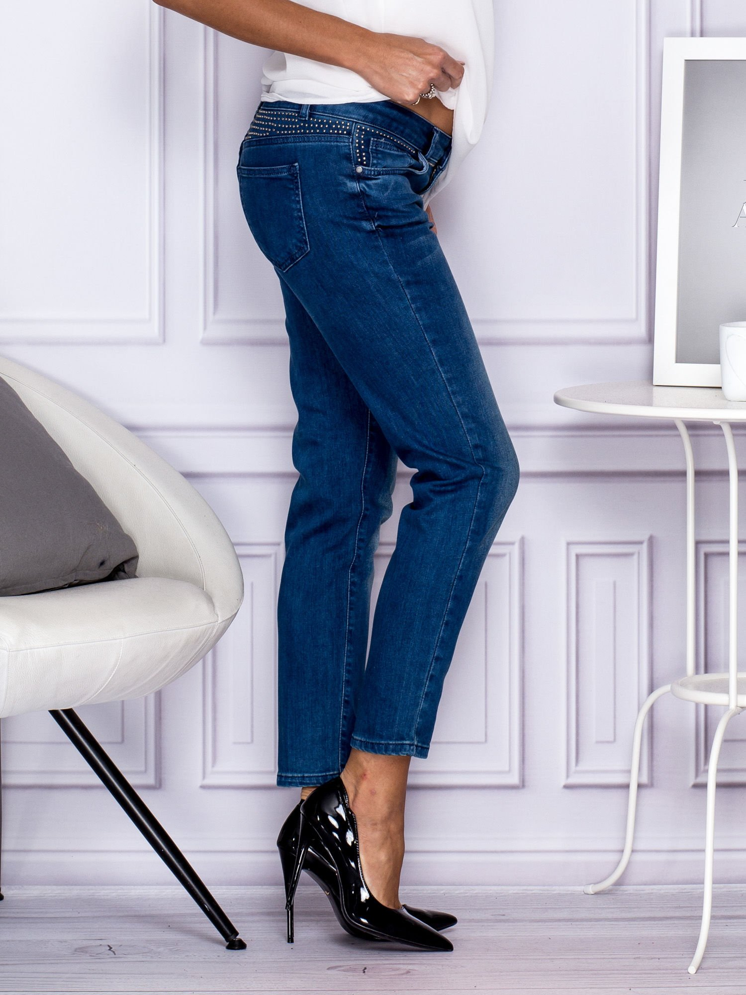Ciemnoniebieskie spodnie regular jeans z dżetami w pasie                                  zdj.                                  4