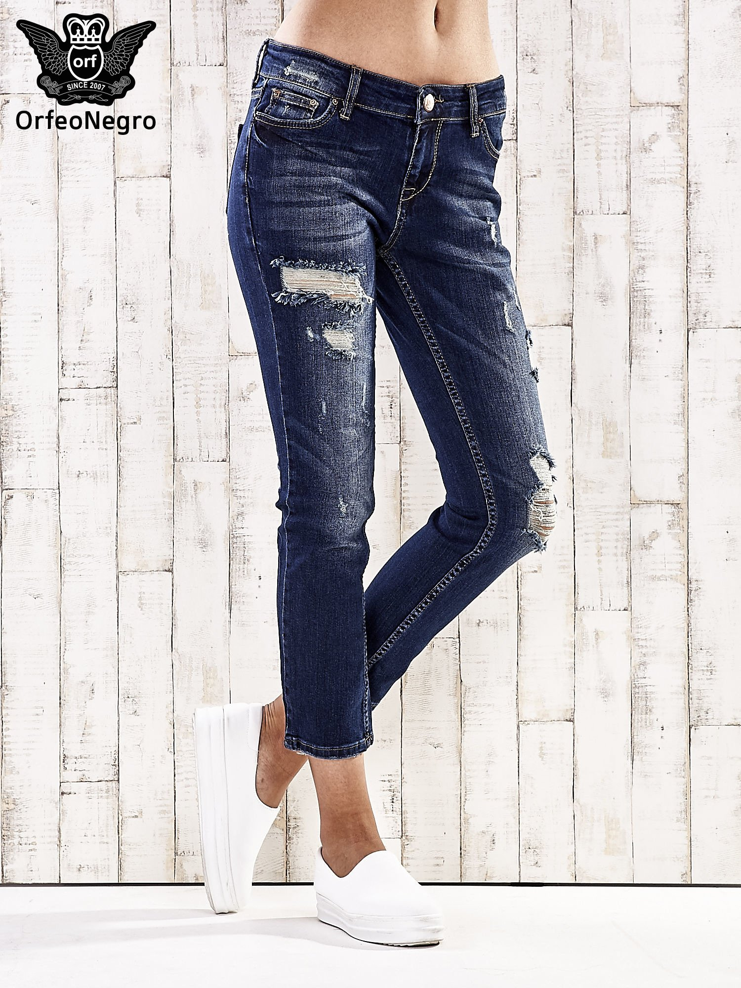 Ciemnoniebieskie spodnie regular jeans z dziurami                                  zdj.                                  1