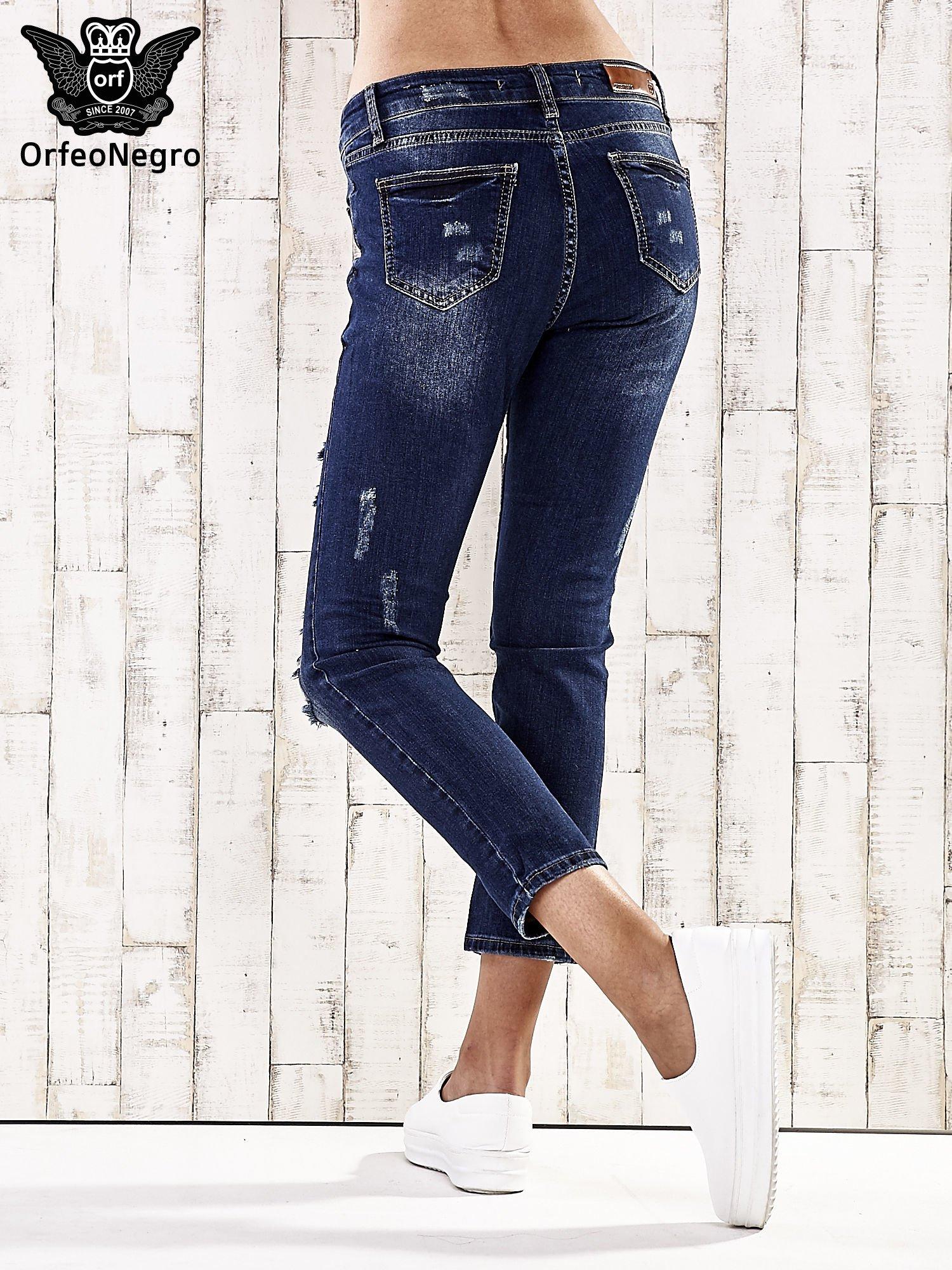 Ciemnoniebieskie spodnie regular jeans z dziurami                                  zdj.                                  2