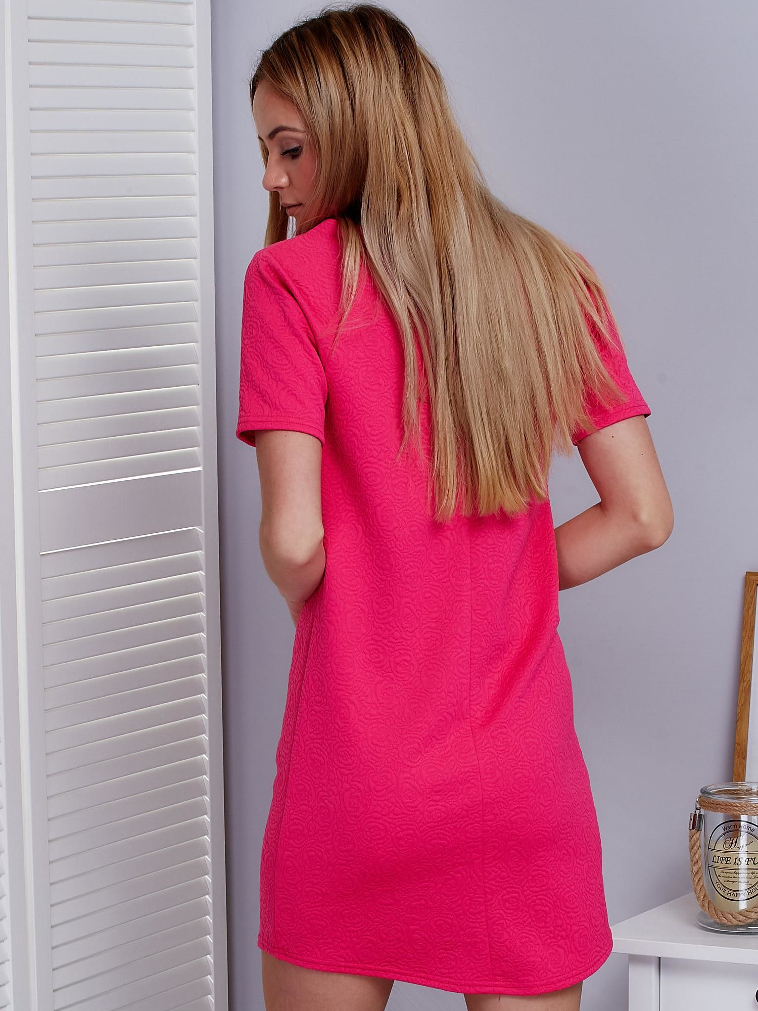 d6438b68a3 Ciemnoróżowa sukienka w wypukły kwiatowy wzór - Sukienka koktajlowa ...