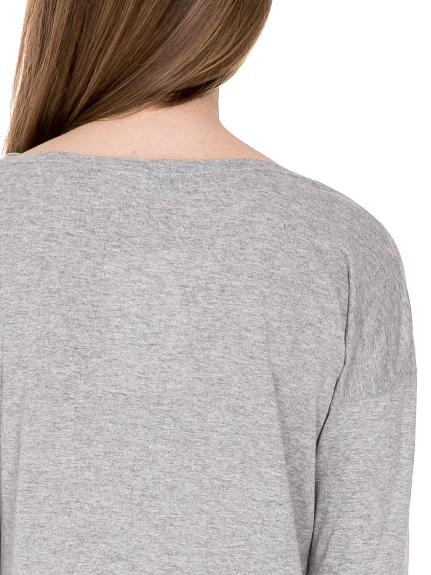 Ciemnoszara melanżowa bawełniana bluzka z dekoltem typu woda                                  zdj.                                  7