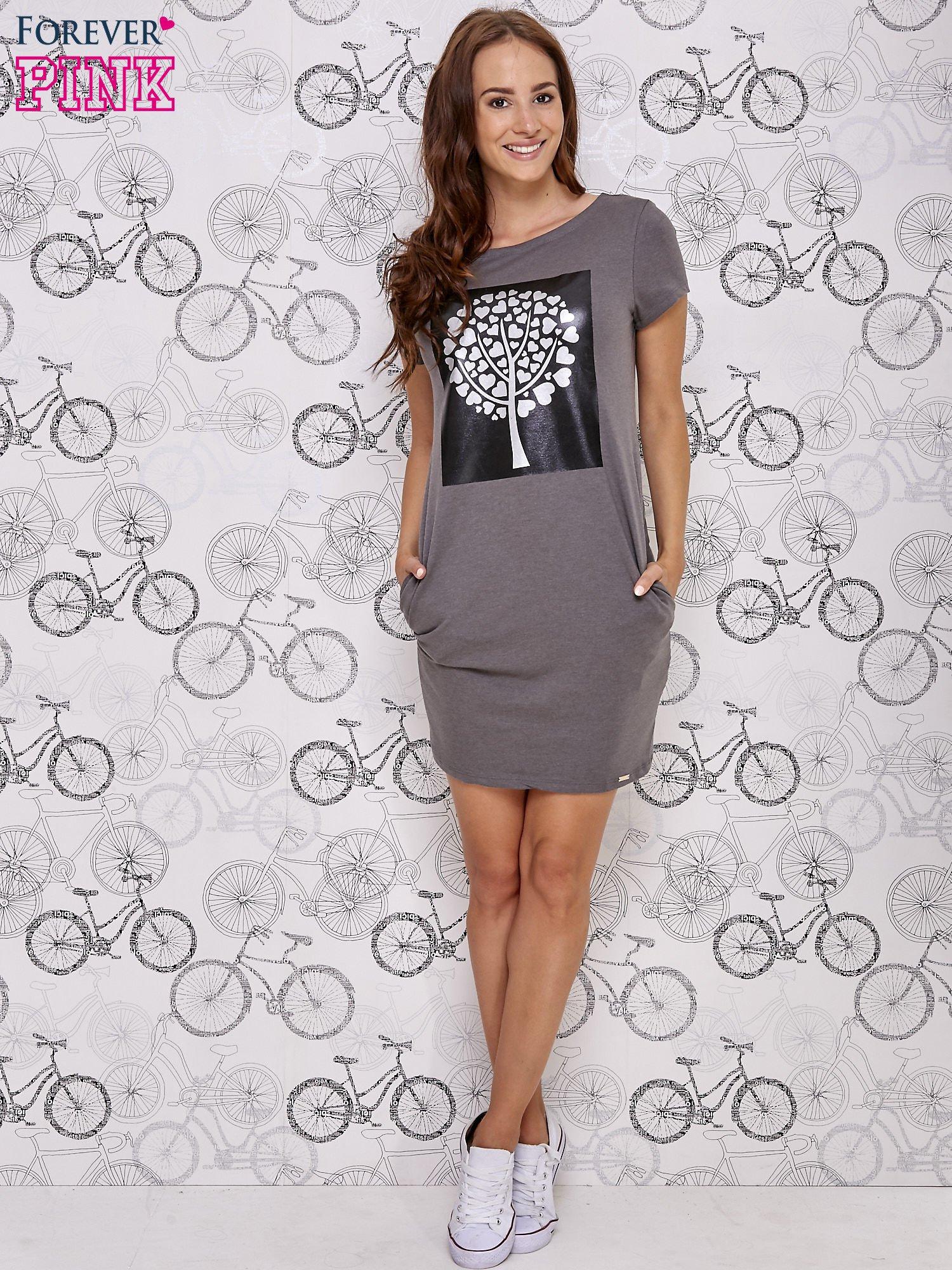 Ciemnoszara sukienka dresowa ze srebrnym printem drzewa                                  zdj.                                  2