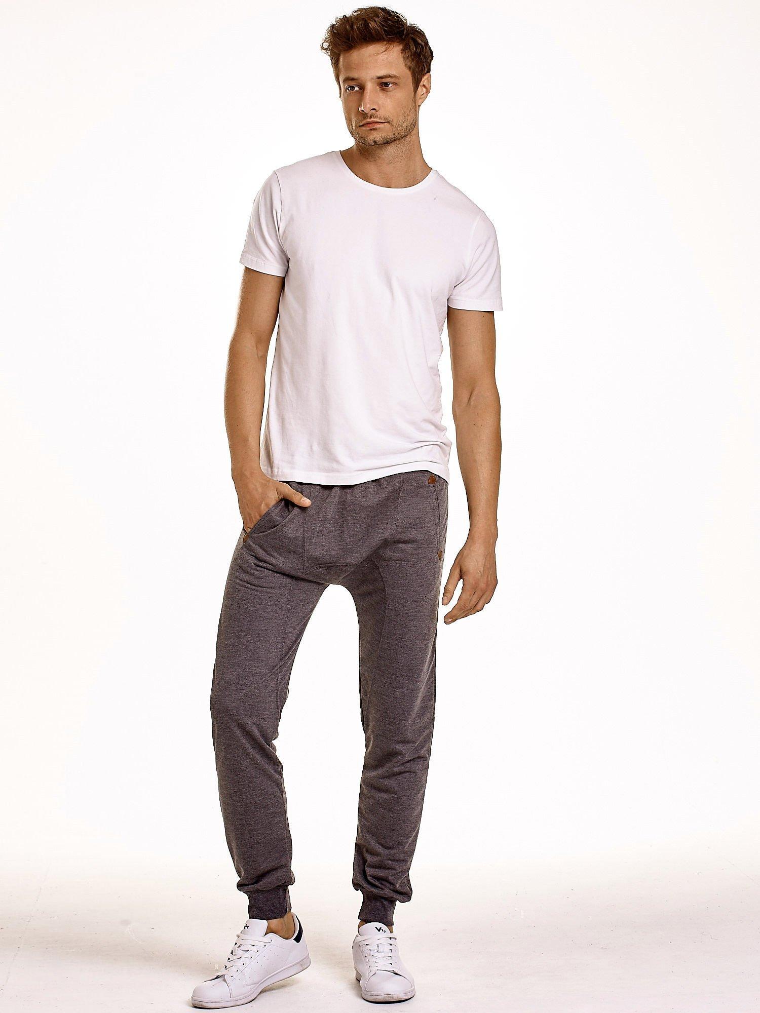 Ciemnoszare gładkie spodnie męskie ze skórzanymi wstawkami                                  zdj.                                  2