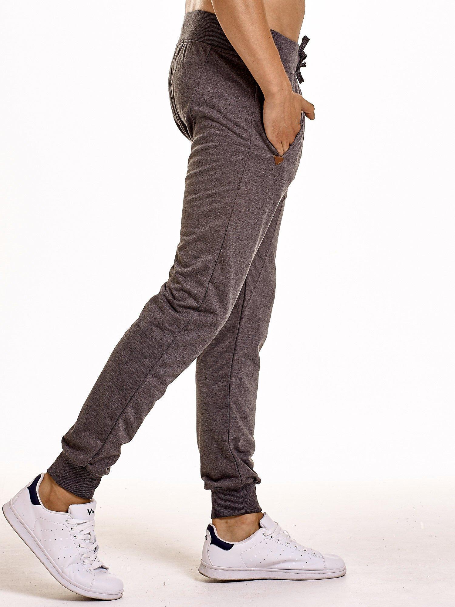Ciemnoszare gładkie spodnie męskie ze skórzanymi wstawkami                                  zdj.                                  3