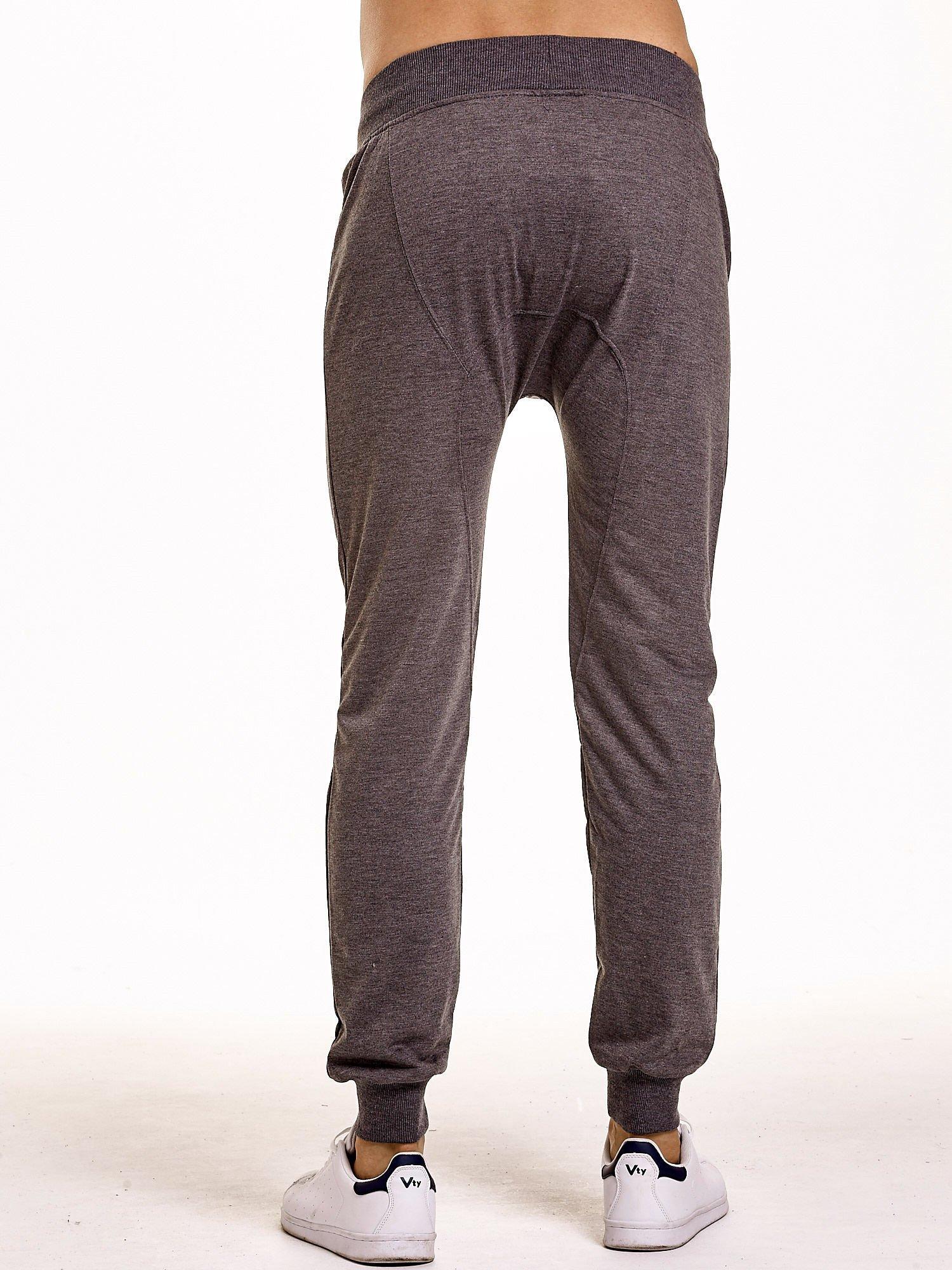 Ciemnoszare gładkie spodnie męskie ze skórzanymi wstawkami                                  zdj.                                  4