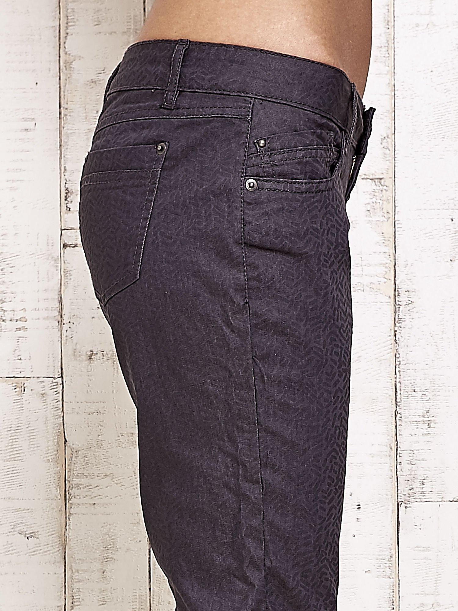 Ciemnoszare spodnie rurki w jodełkę                                  zdj.                                  5