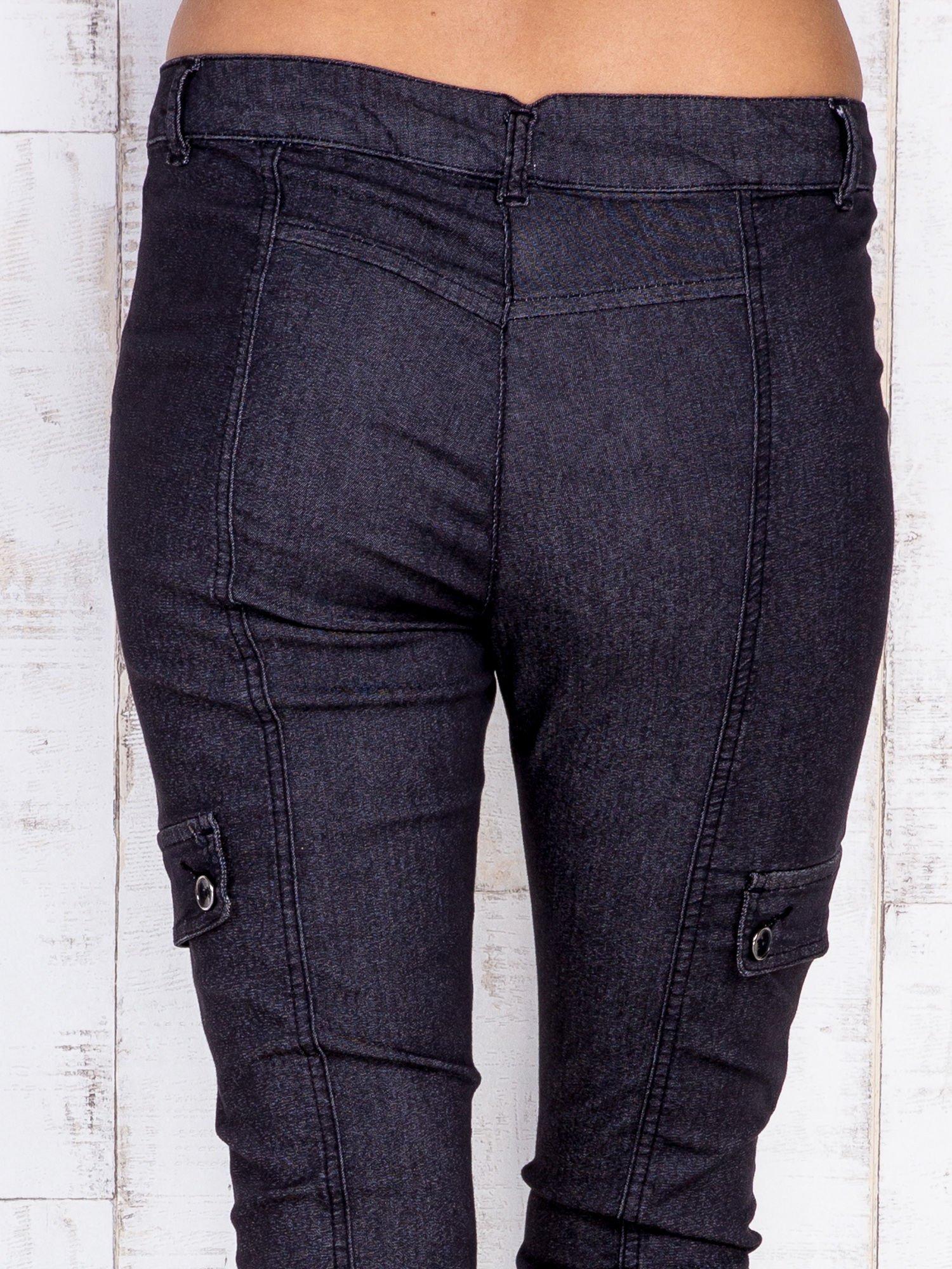 Ciemnoszare strechowe spodnie z kieszeniami po bokach                                  zdj.                                  5
