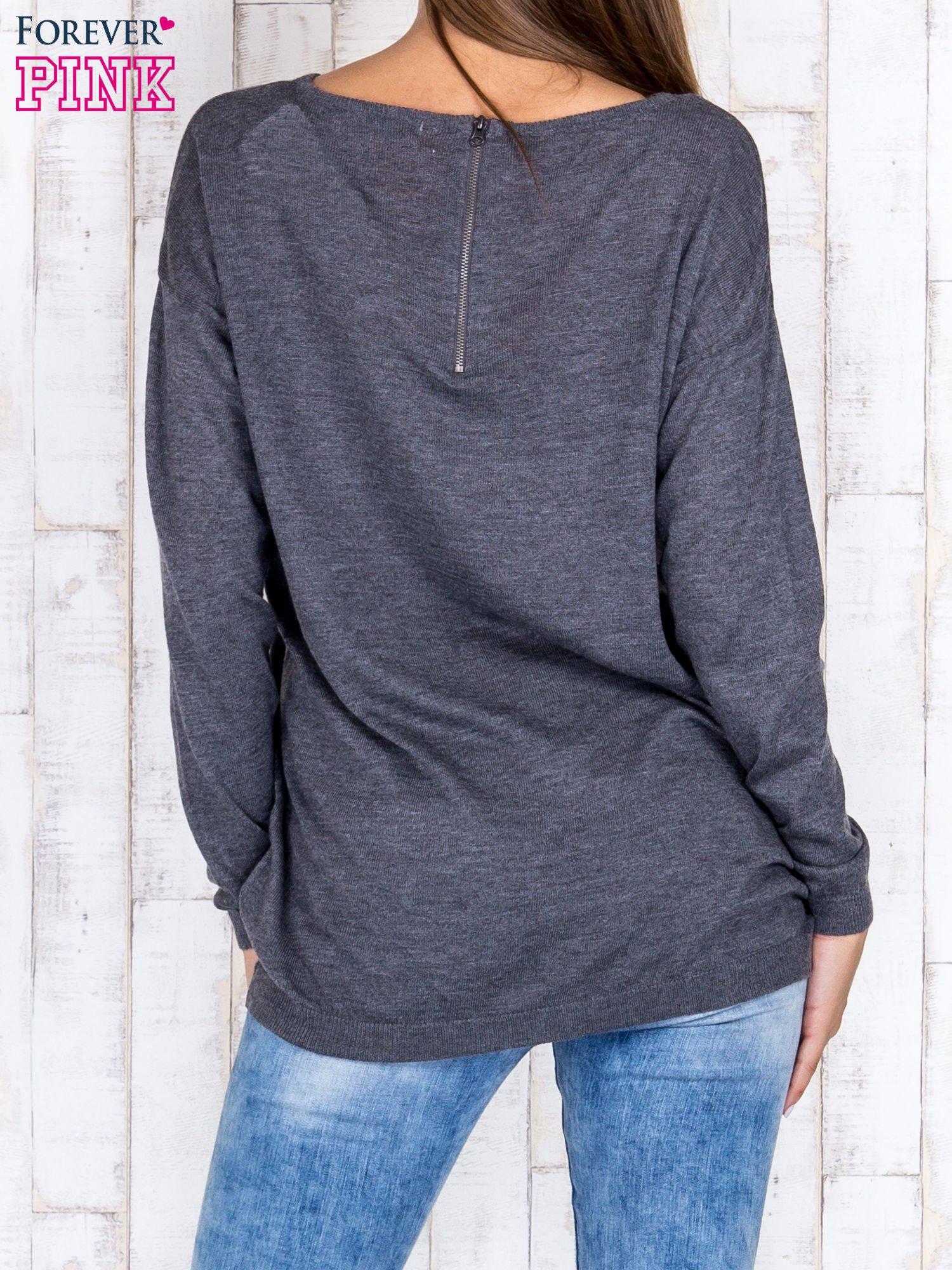 Ciemnoszary nietoperzowy sweter oversize z dłuższym tyłem                                  zdj.                                  4