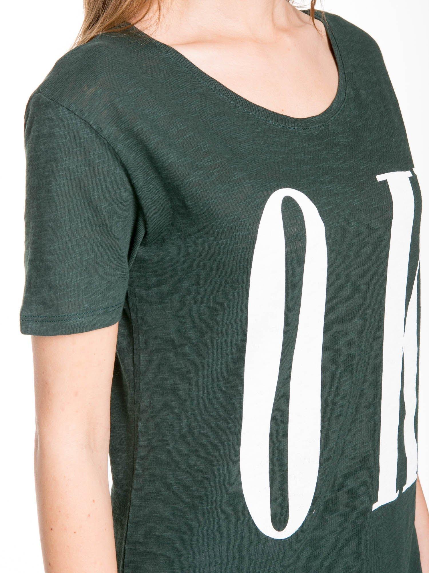 Ciemnozielony t-shirt z napisem OK                                  zdj.                                  8