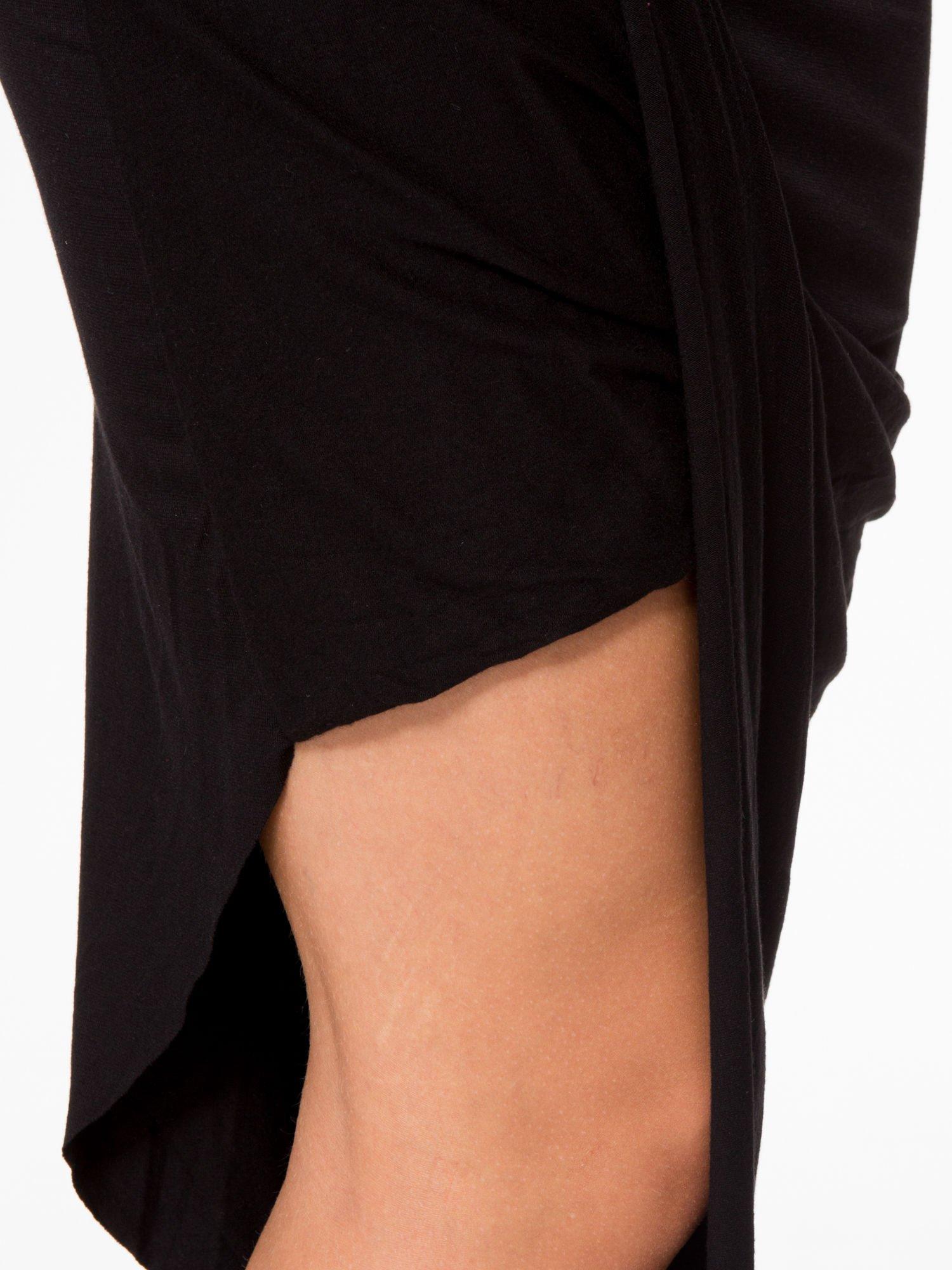 Czarna asymetryczna spódnica maxi z drapowaniem i rozporkiem z boku                                  zdj.                                  8