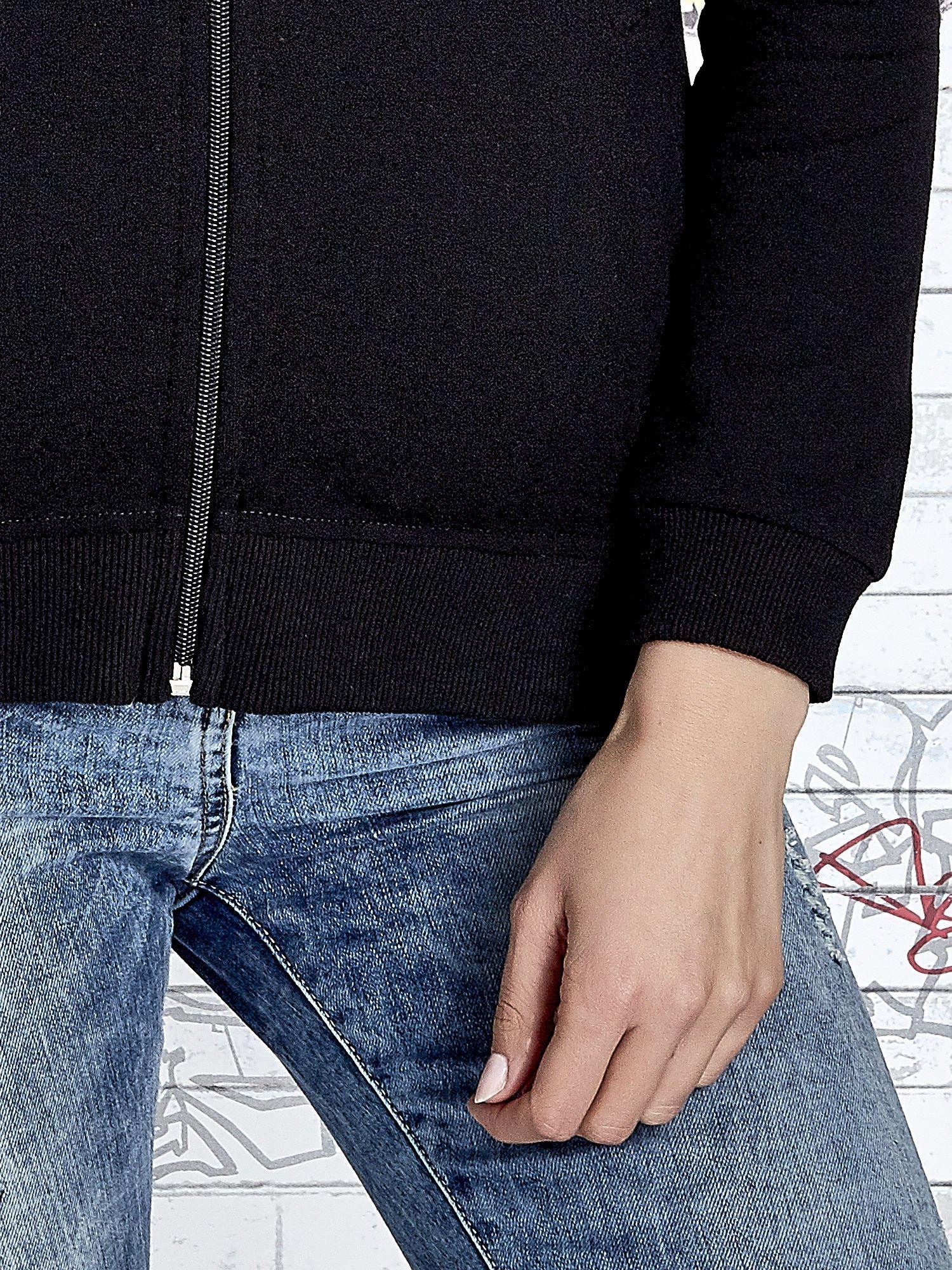 Czarna bluza z kapturem z kolorowymi przeszyciami                                  zdj.                                  7