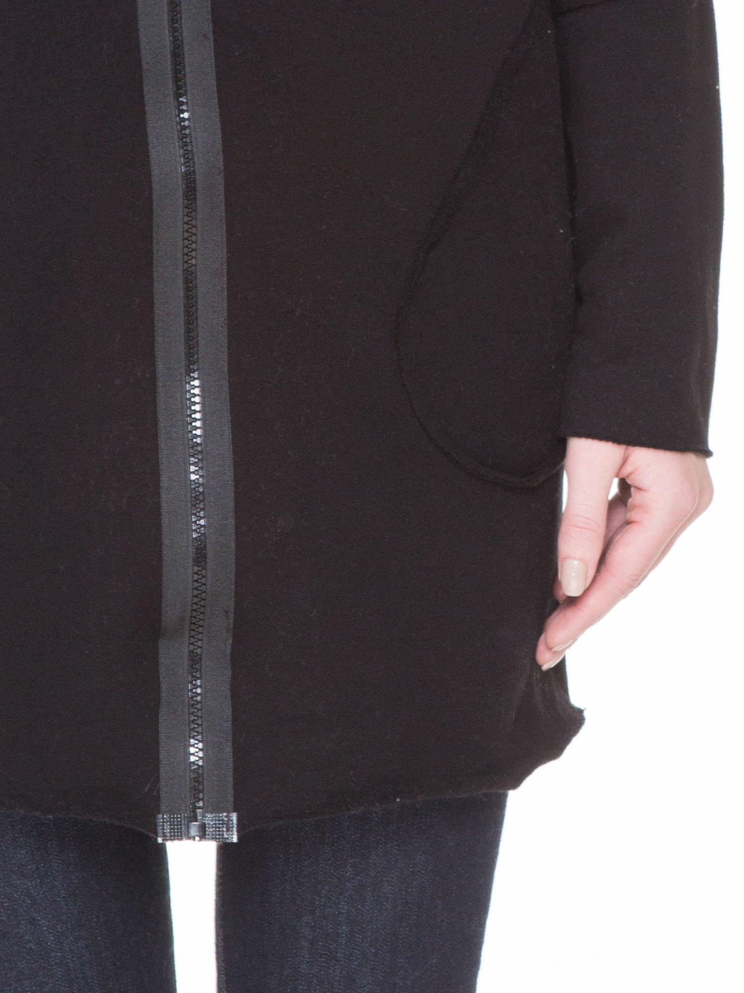 Czarna bluza z kapturem z surowym wykończeniem                                  zdj.                                  6