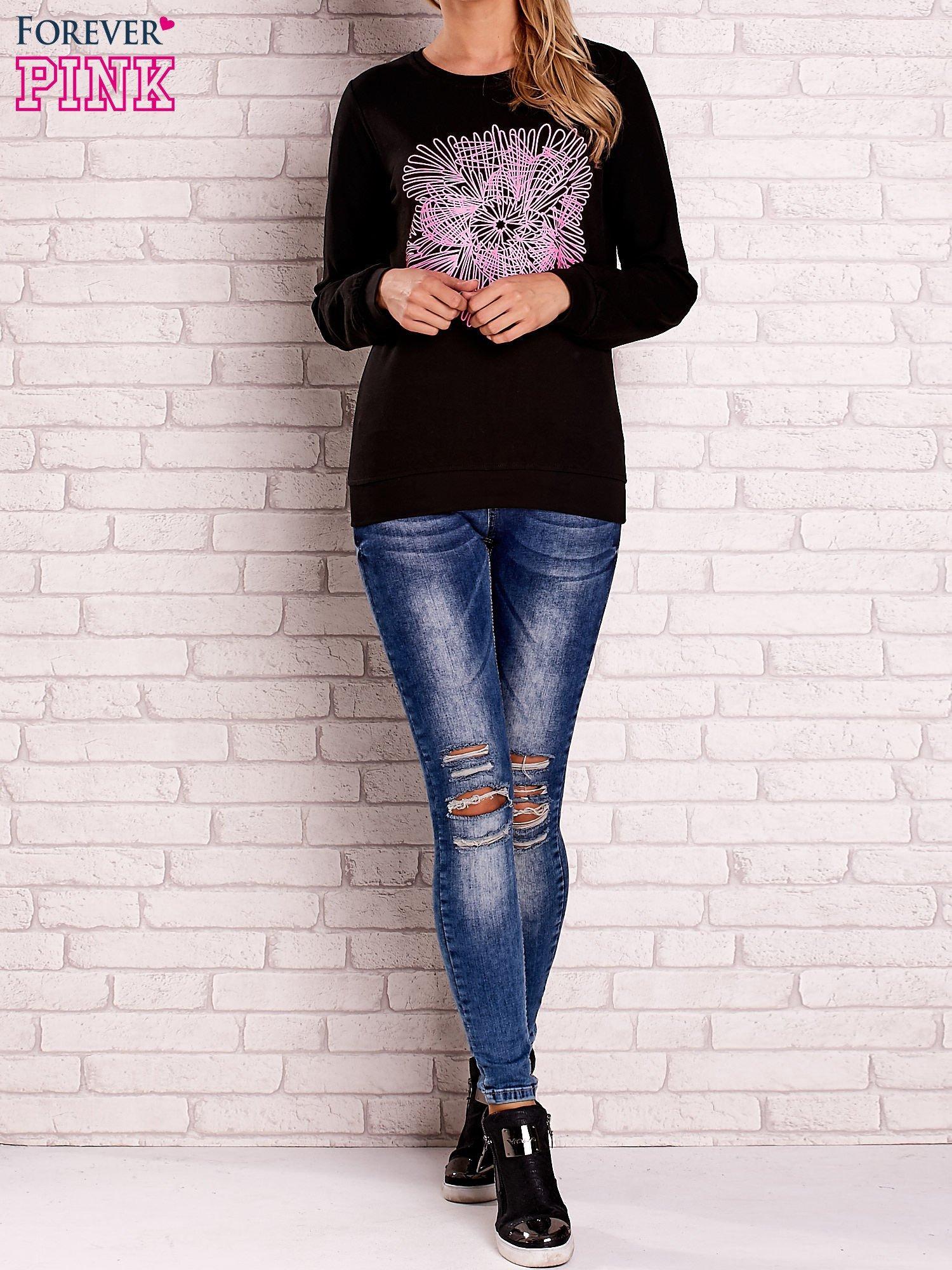 Czarna bluza z kolorowym nadrukiem                                  zdj.                                  2