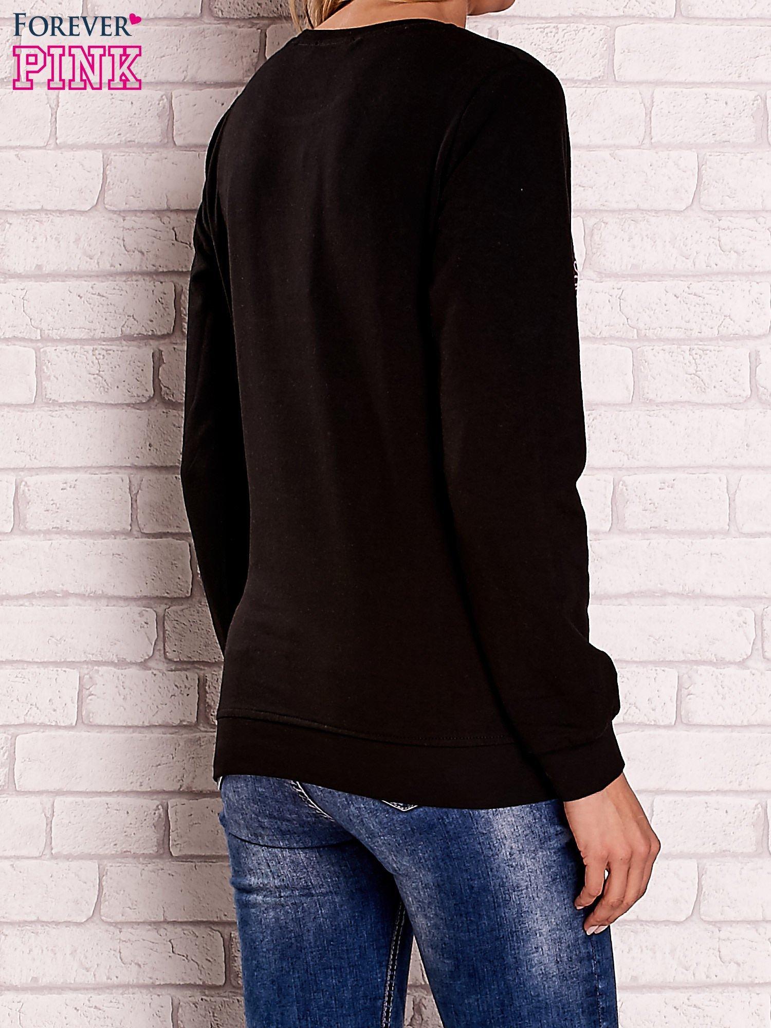 Czarna bluza z kolorowym nadrukiem                                  zdj.                                  4