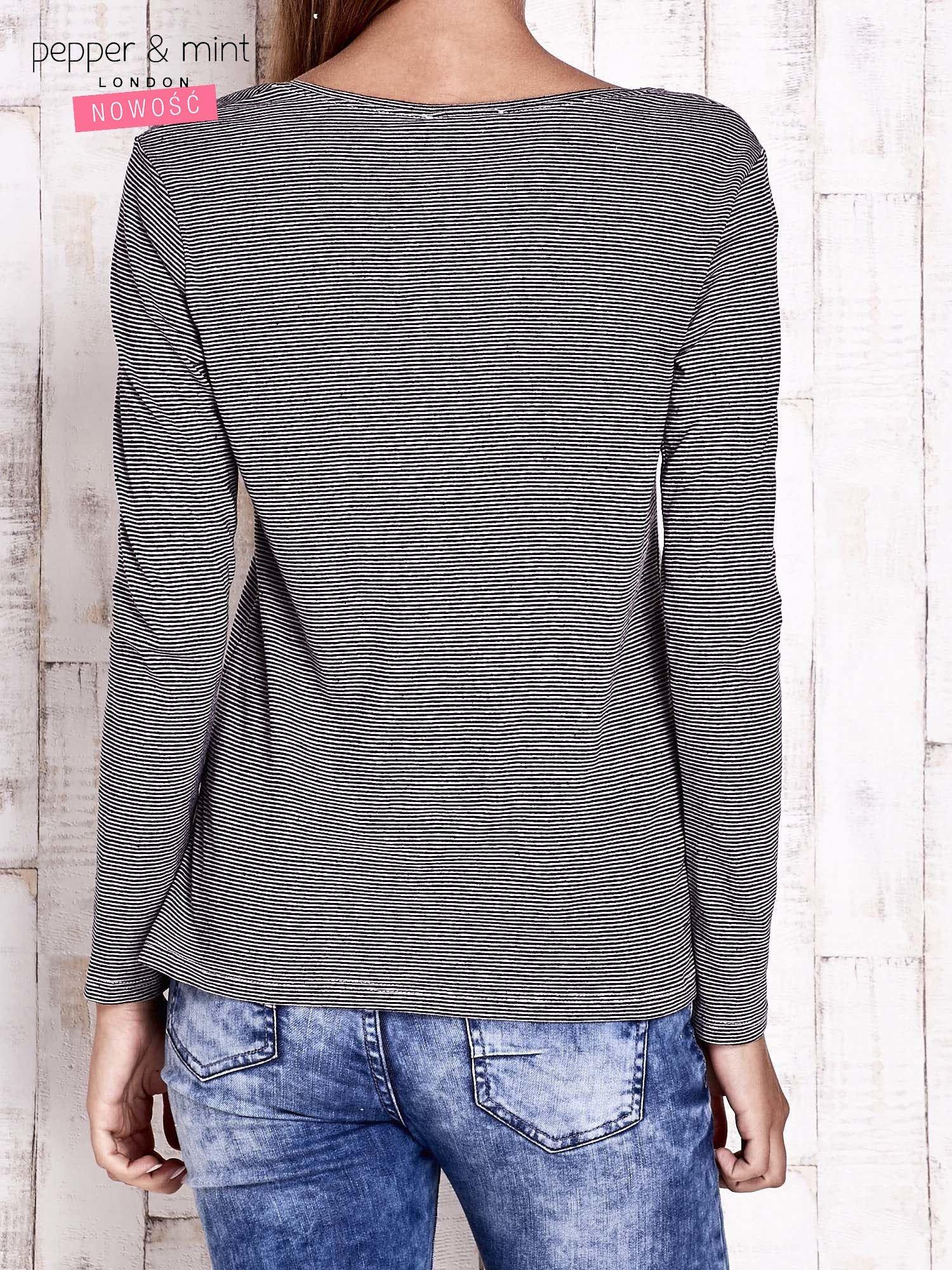 Czarna bluzka w drobne paski z naszywkami                                  zdj.                                  4