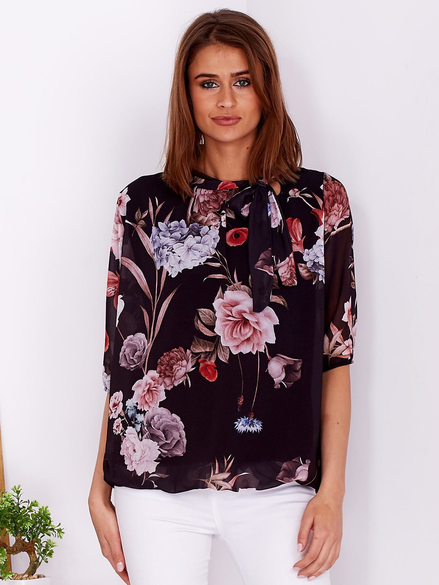 e709a86360c5 Czarna bluzka w kwiaty z wiązanym dekoltem - Bluzka one size - sklep ...