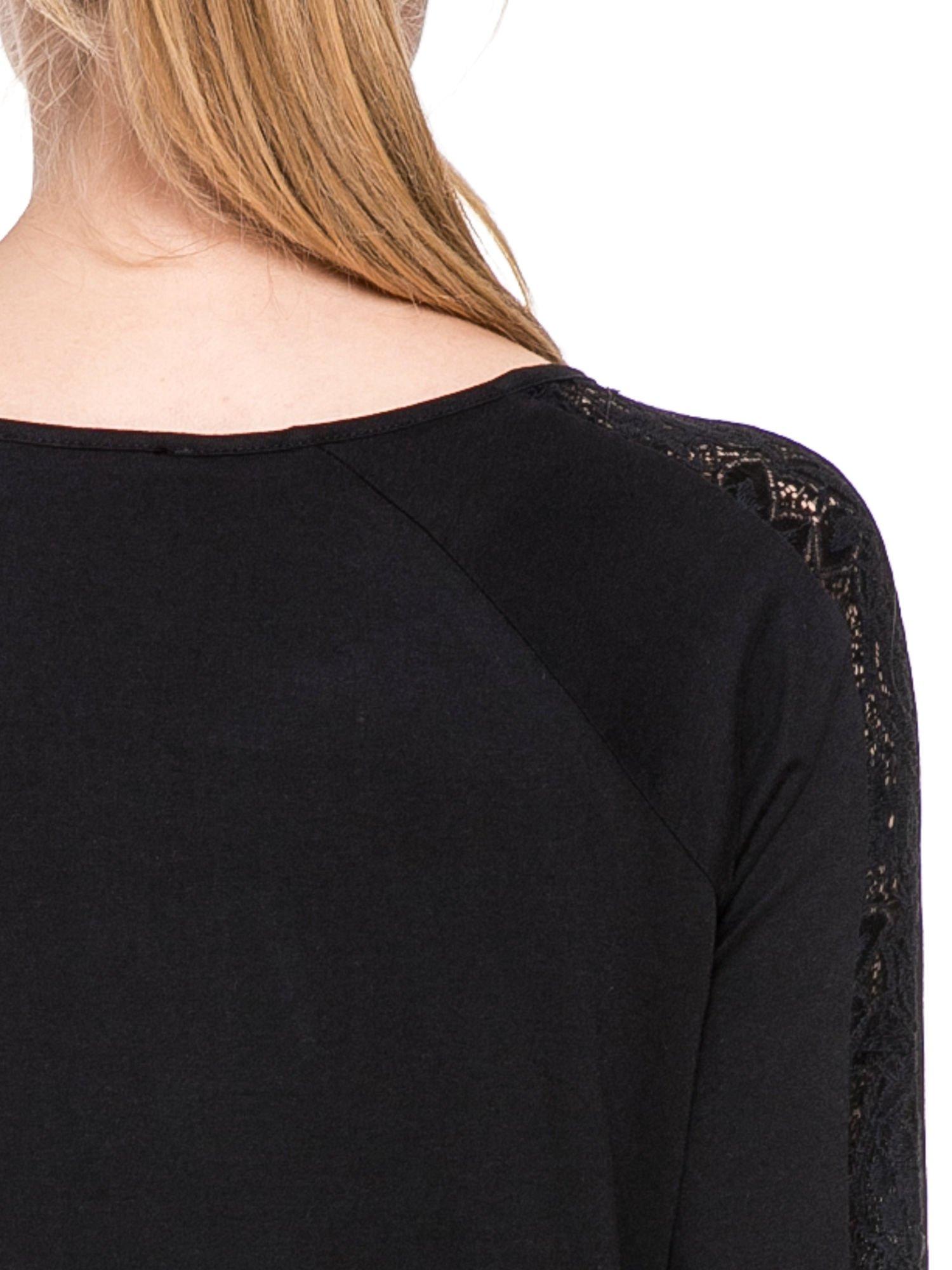 Czarna bluzka z koronkową wstawką wzdłuż rękawów                                  zdj.                                  6