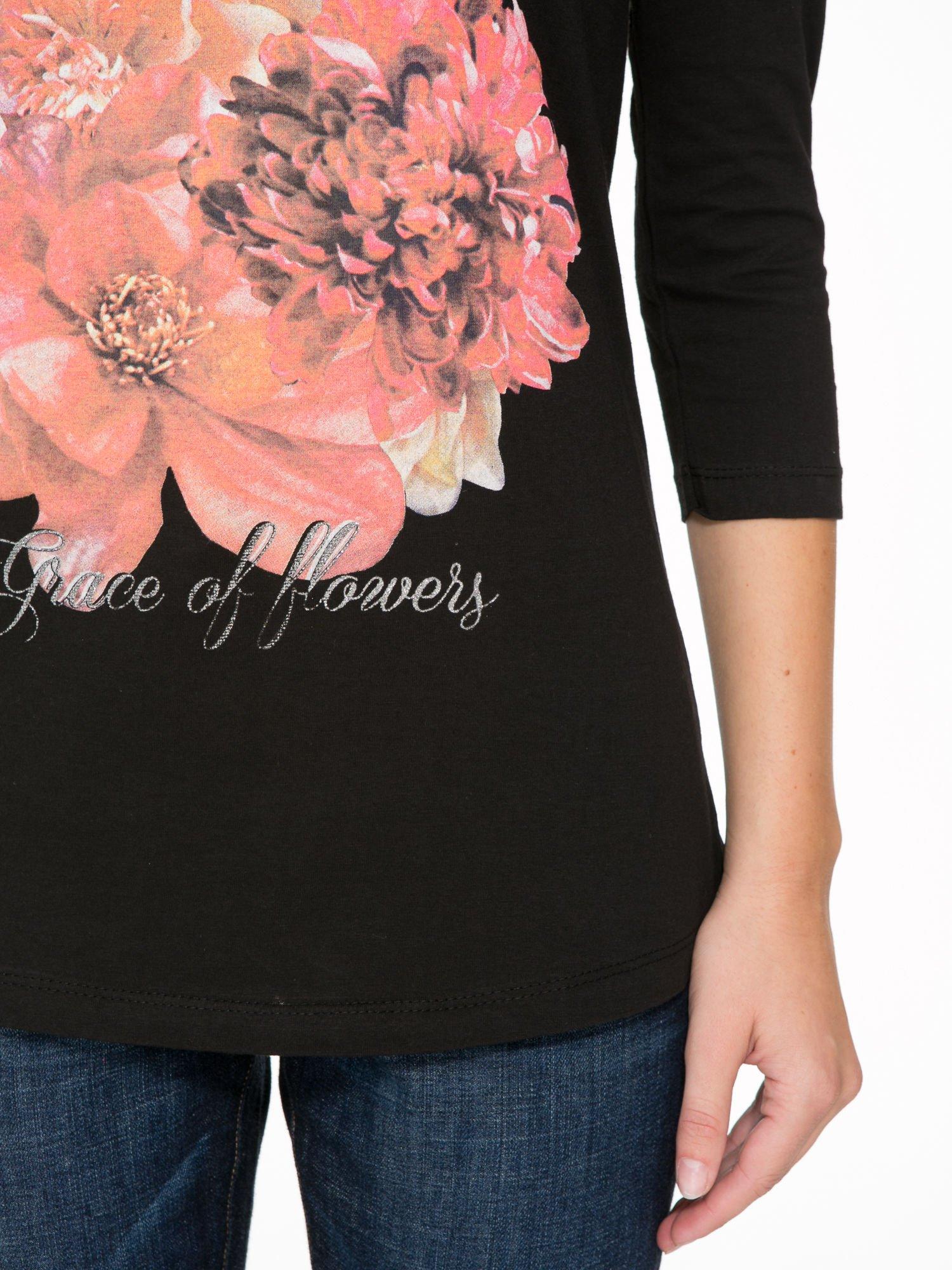 Czarna bluzka z motywem kwiatowym i napisem ADORABLE                                  zdj.                                  7
