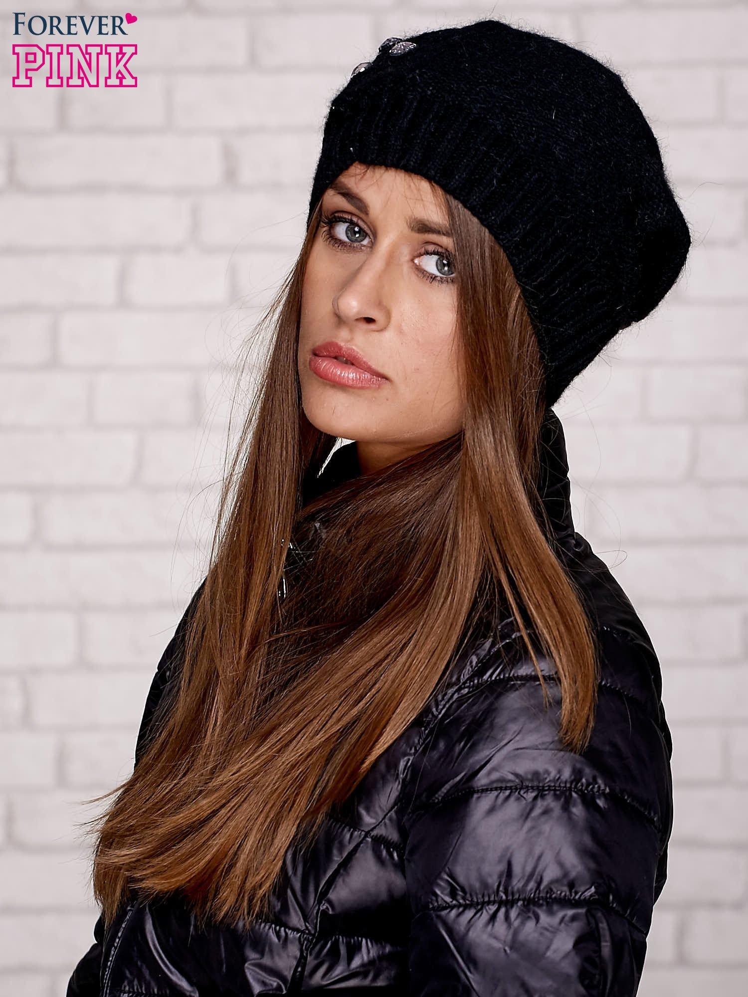 Czarna czapka z angory z aplikacją                                  zdj.                                  1