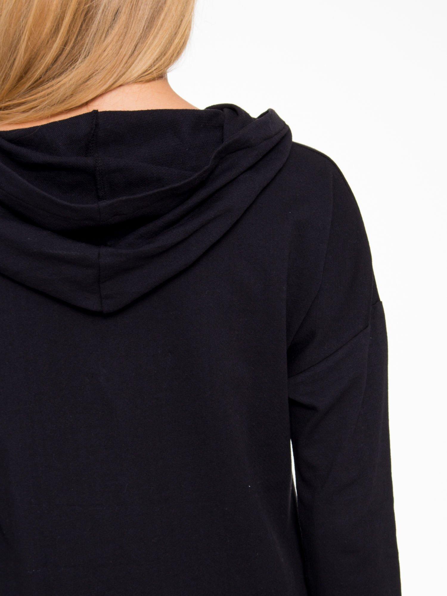 Czarna dresowa tunika z kominokapturem                                  zdj.                                  9