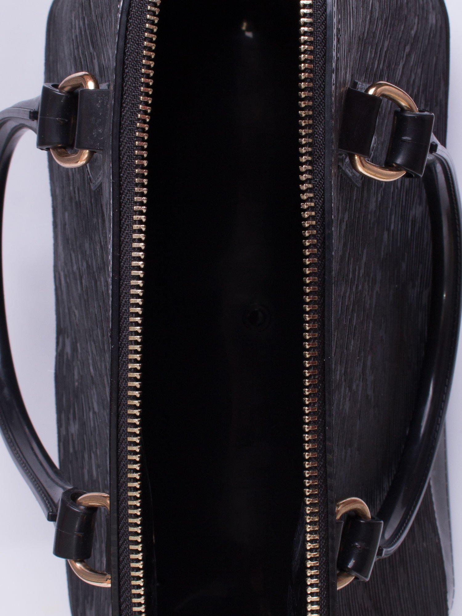 Czarna fakturowana torba gumowa kuferek z rączką                                  zdj.                                  3