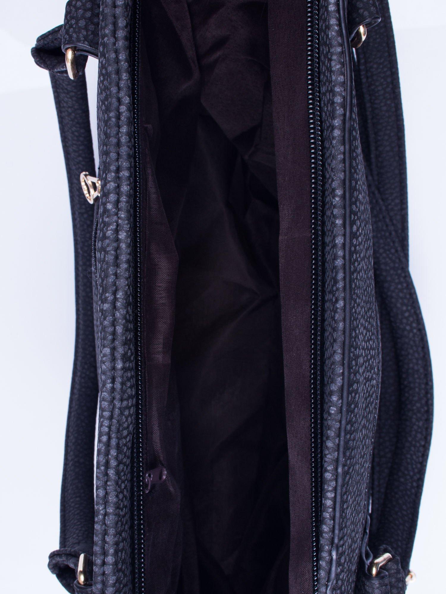 Czarna fakturowana torba miejska z odpinanym paskiem                                  zdj.                                  4