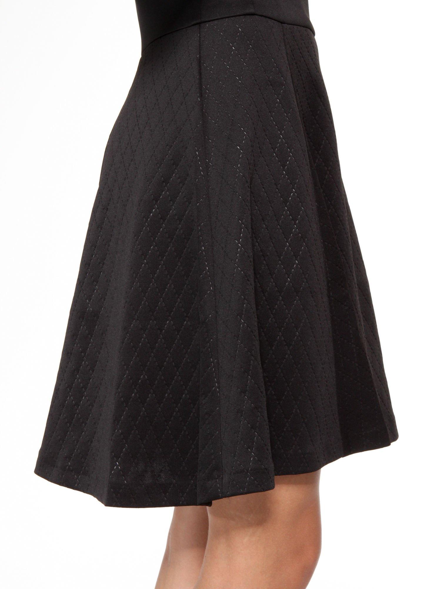 Czarna klasyczna sukienka z rozkloszowanym dołem w pikowany wzór                                  zdj.                                  11