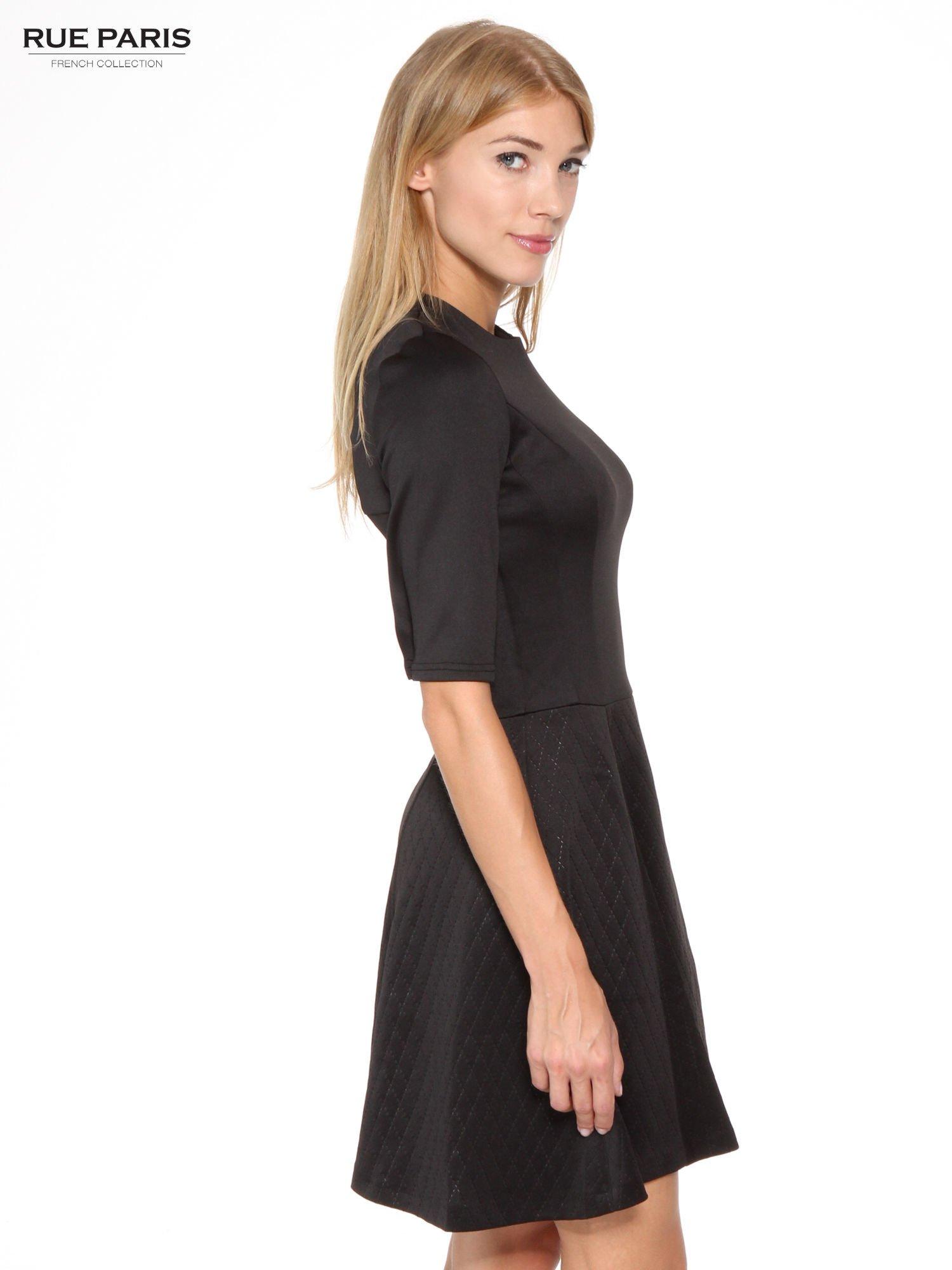 Czarna klasyczna sukienka z rozkloszowanym dołem w pikowany wzór                                  zdj.                                  3