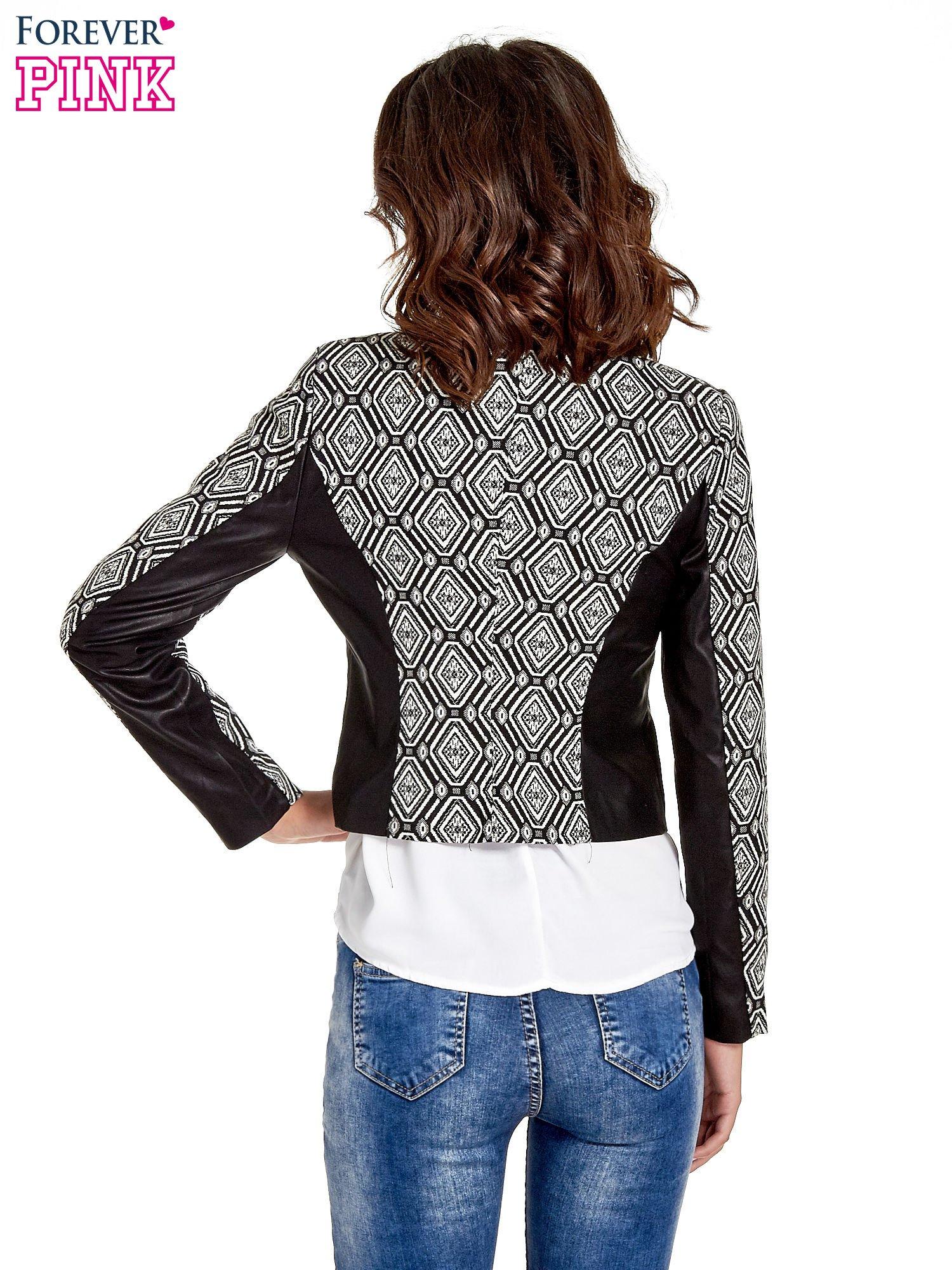 Czarna kurtka w geometryczne wzory ze skórzanymi wstawkami                                  zdj.                                  4