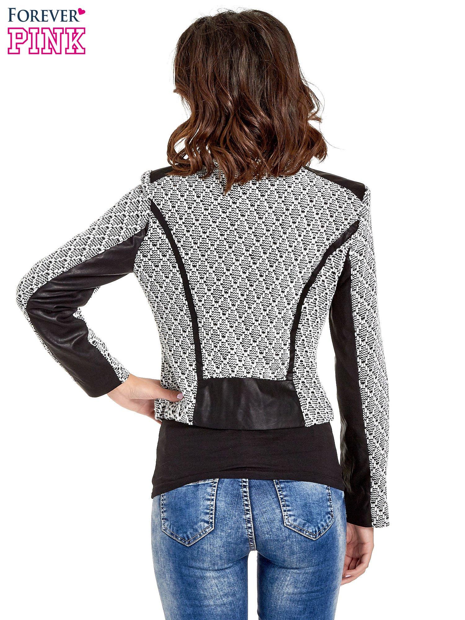 Czarna kurtka w geometryczne wzory ze skórzanymi wstawkami i kieszeniami                                  zdj.                                  4