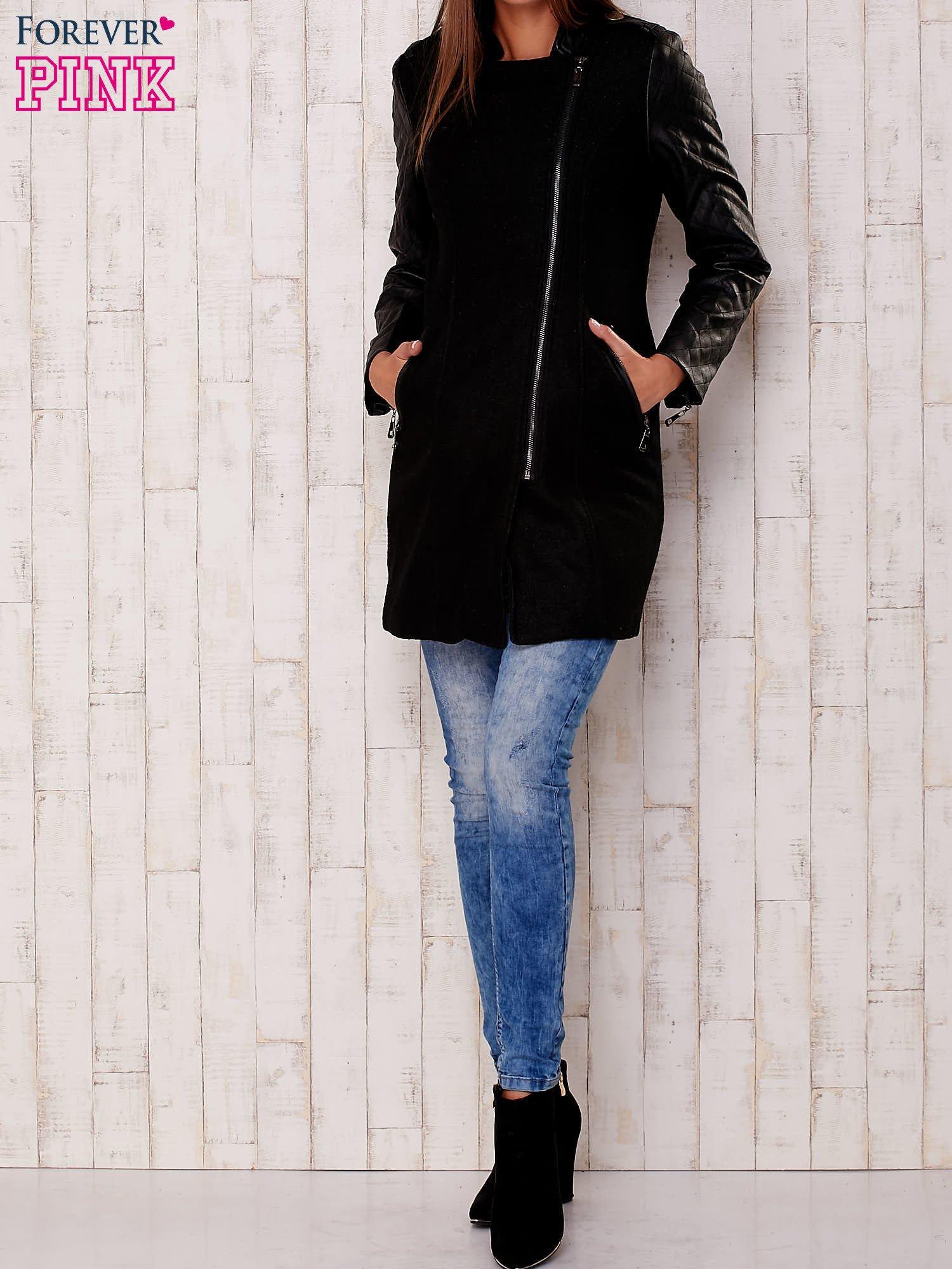 Czarna kurtka z pikowanymi rękawami i suwakami                                  zdj.                                  2