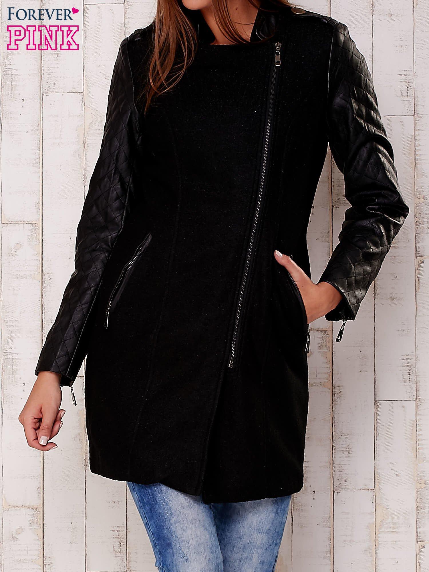 Czarna kurtka z pikowanymi rękawami i suwakami                                  zdj.                                  1